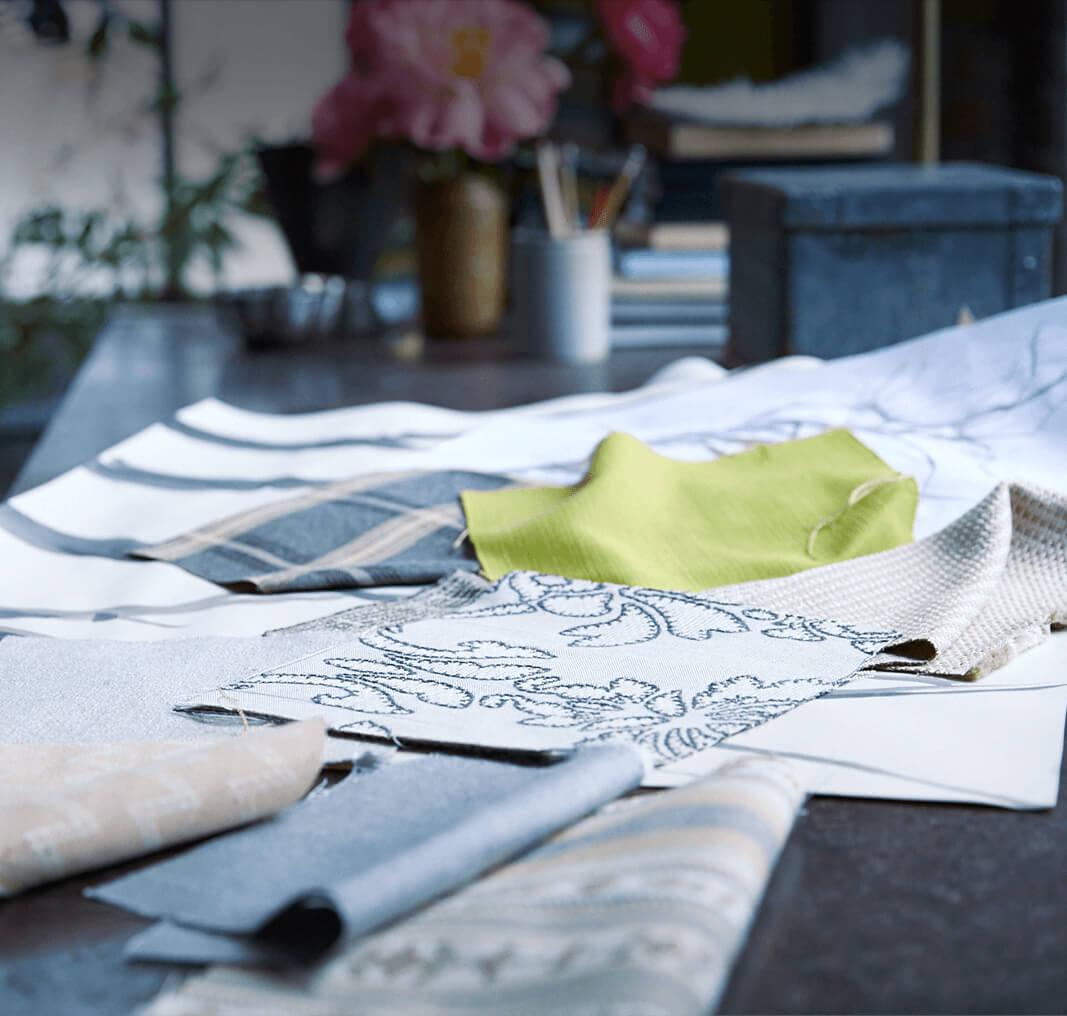 设计师的工作台上切割下的织物样本