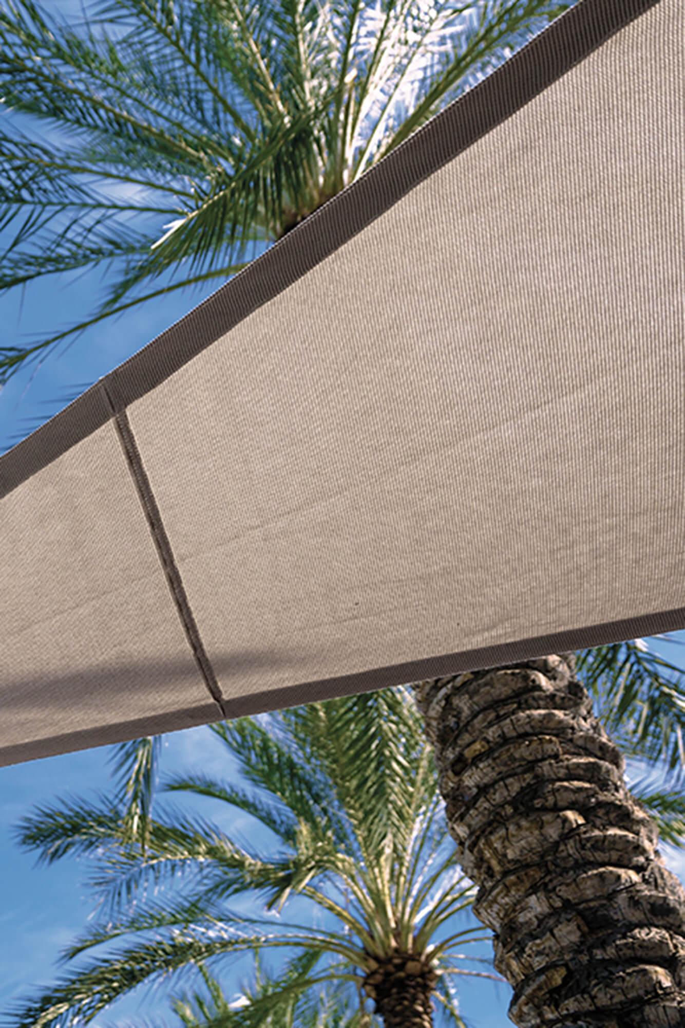 由 Sunbrella Contour 面料制成的米色窗帘帆底部详图。