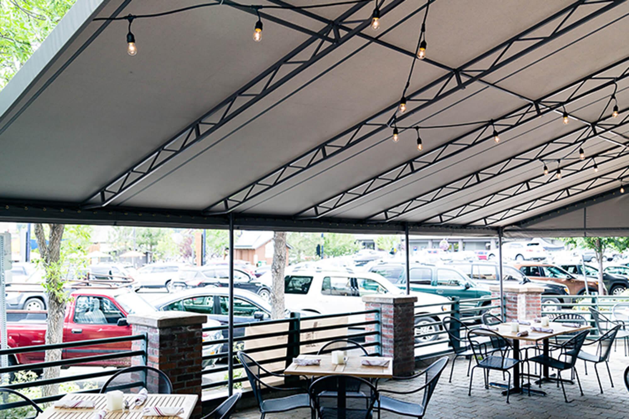 遮盖餐馆露台的遮阳蓬底部的视图