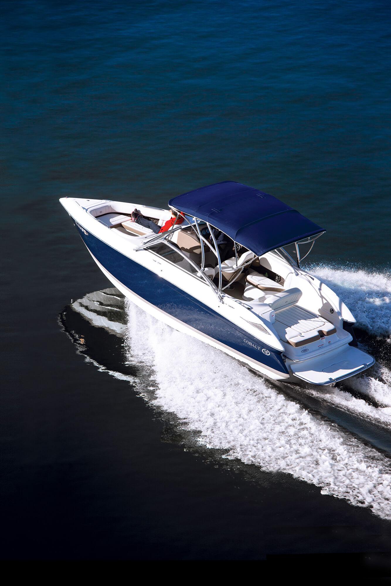 带有海蓝色遮阳蓬的汽艇上的视图
