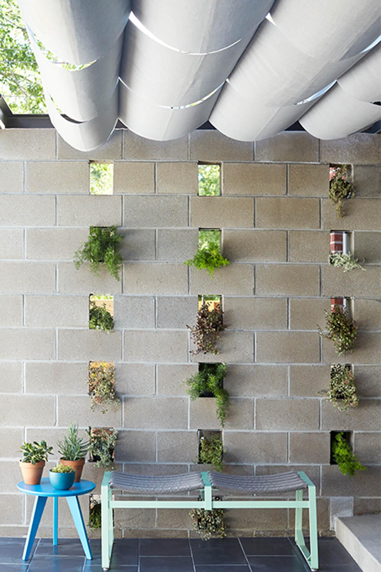 由 Sunbrella 织物制成的绿廊为露台遮阴