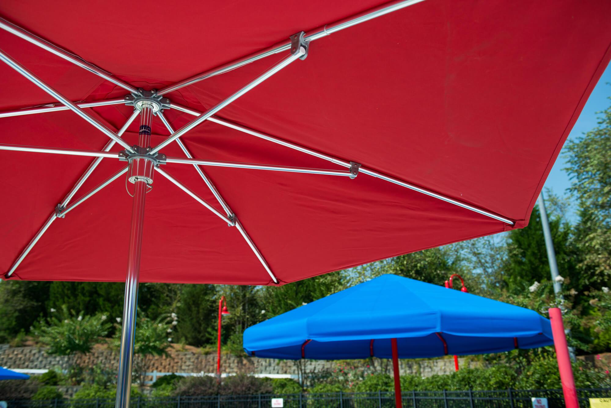 红伞底部由 Sunbrella 织物制成