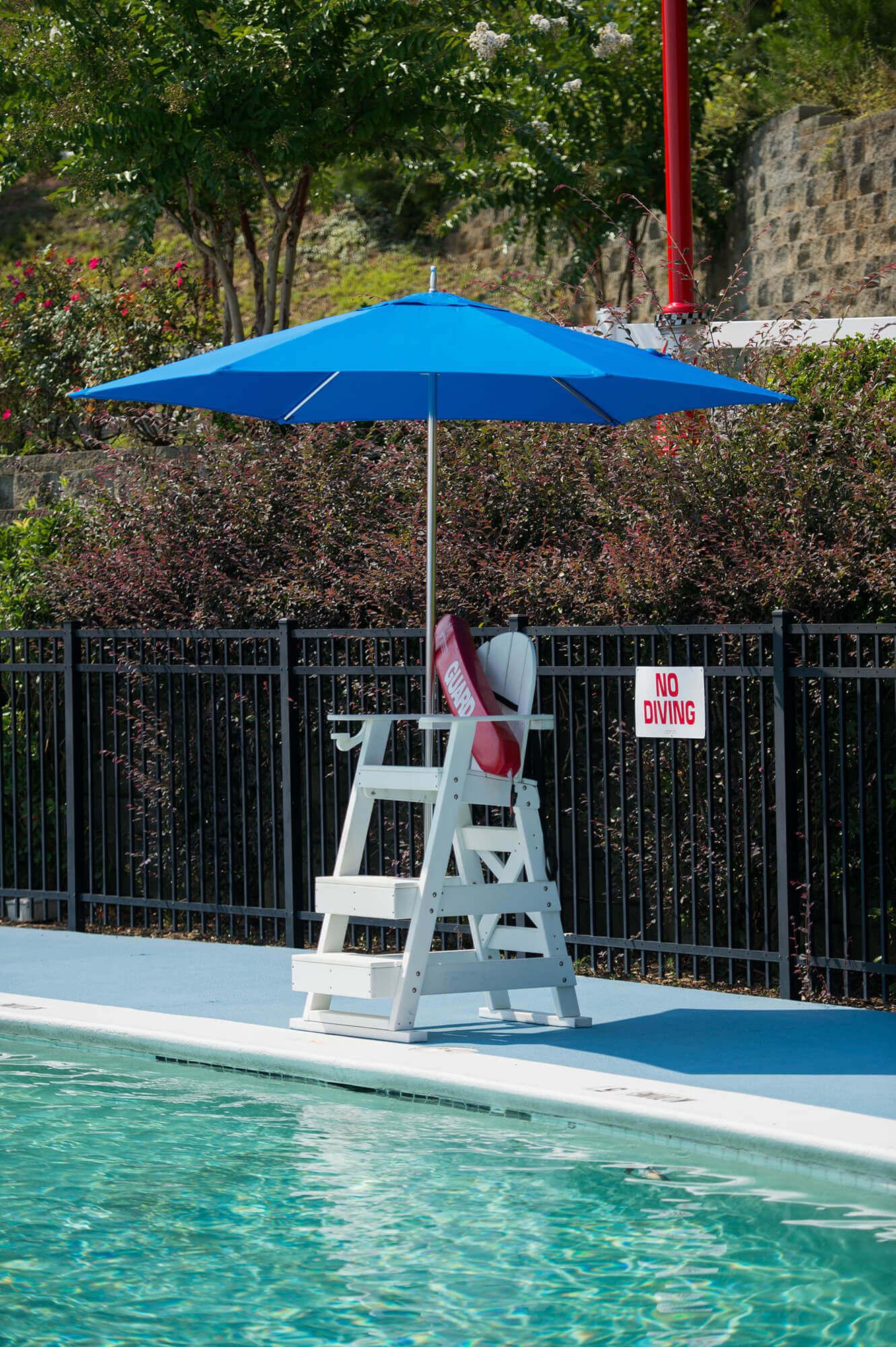 亮蓝色伞为救生员看台遮阴