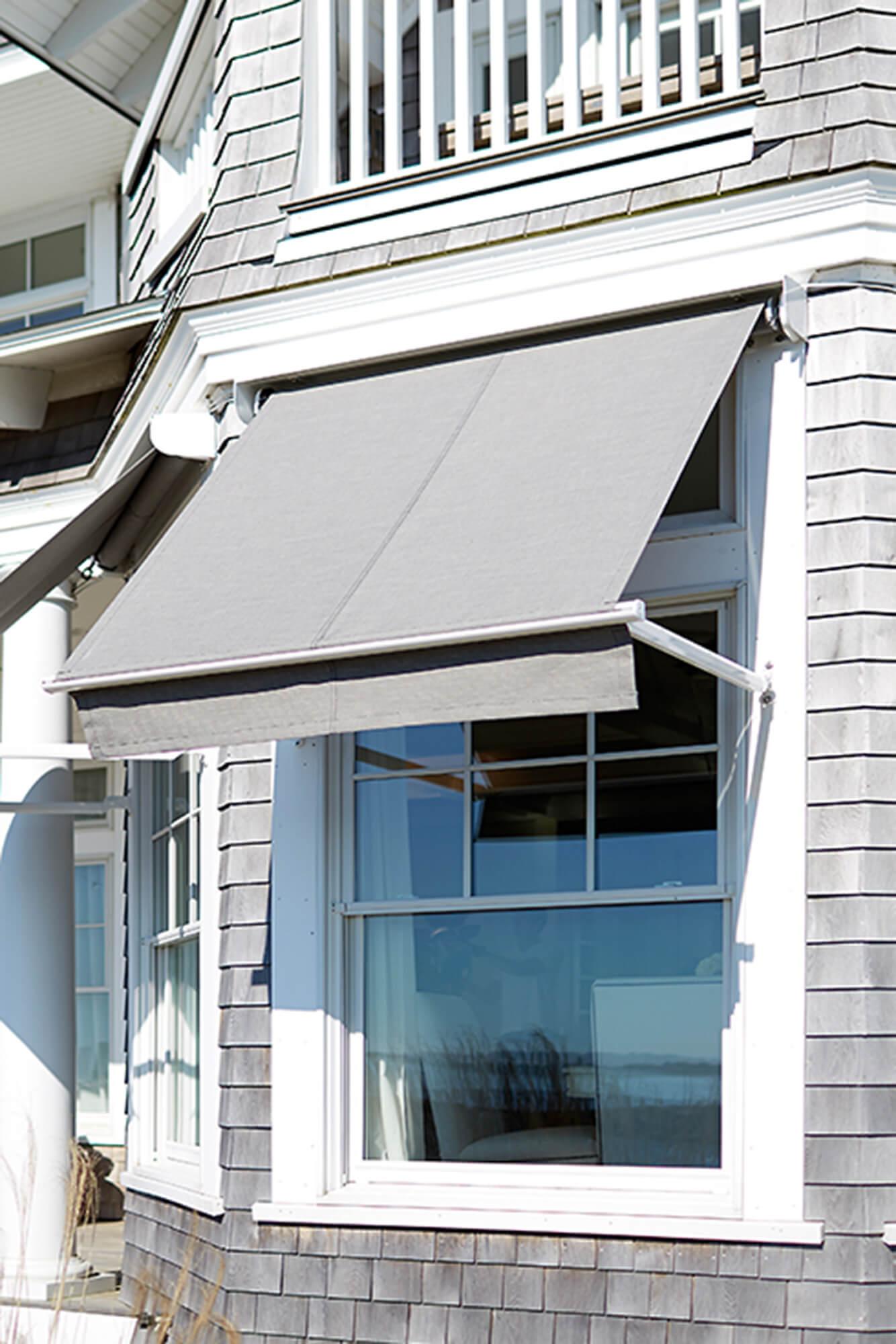 由灰色 Sunbrella 织物制成的窗口遮阳棚