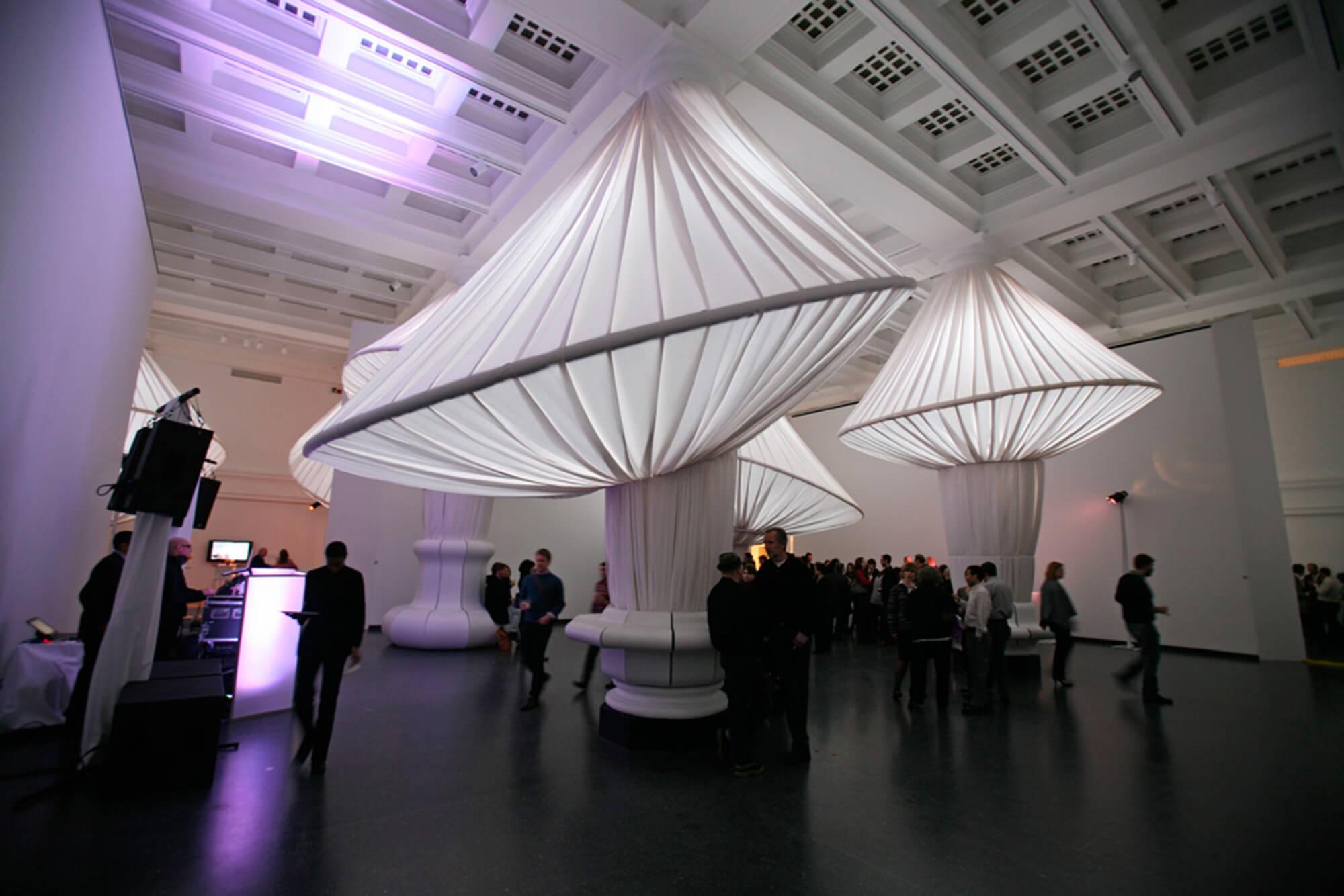 游客在布鲁克林博物馆欣赏 Sunbrella 织物的 reOrder 展览