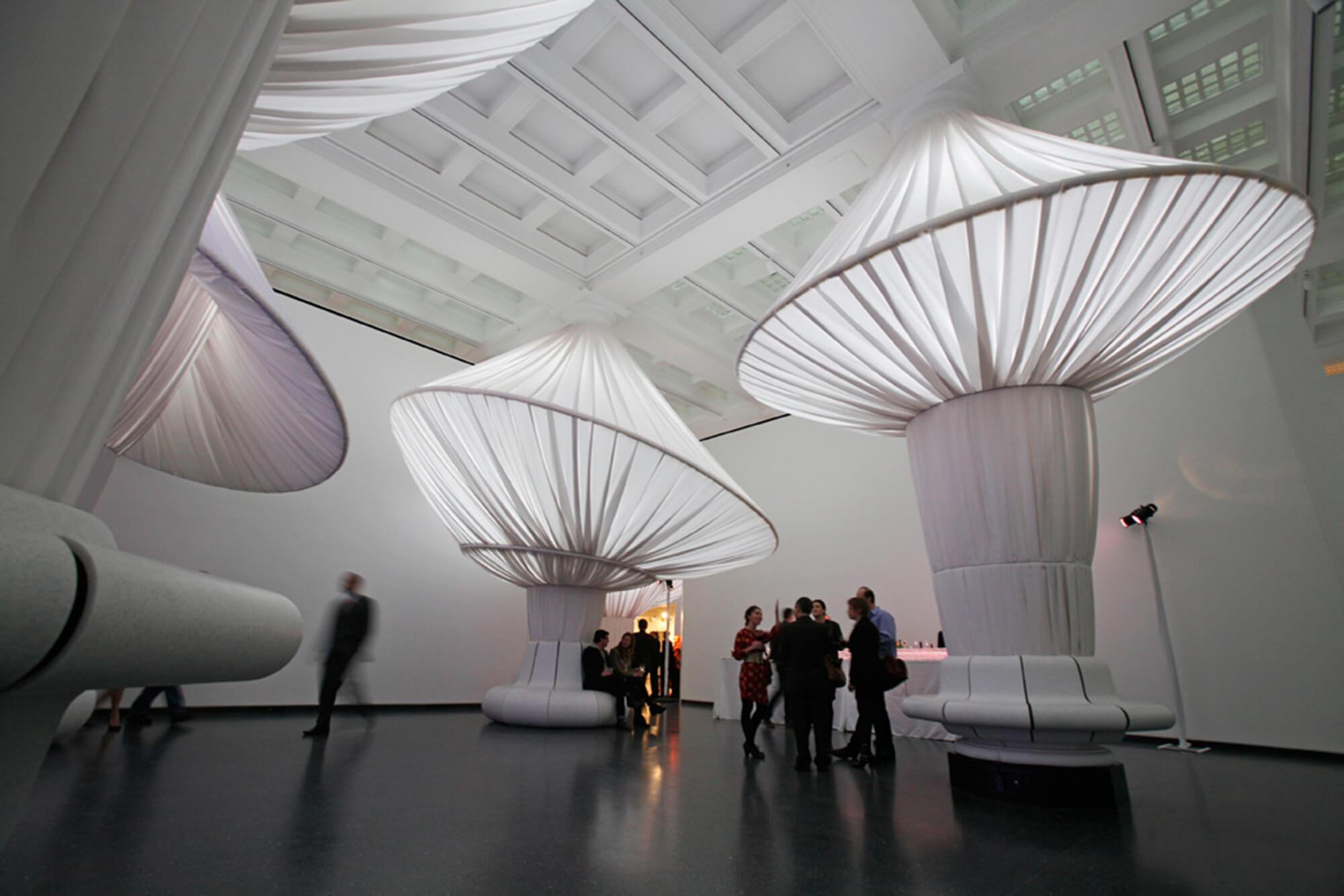采用白色 Sunbrella 制成的立柱,让布鲁克林博物馆更添空间层次