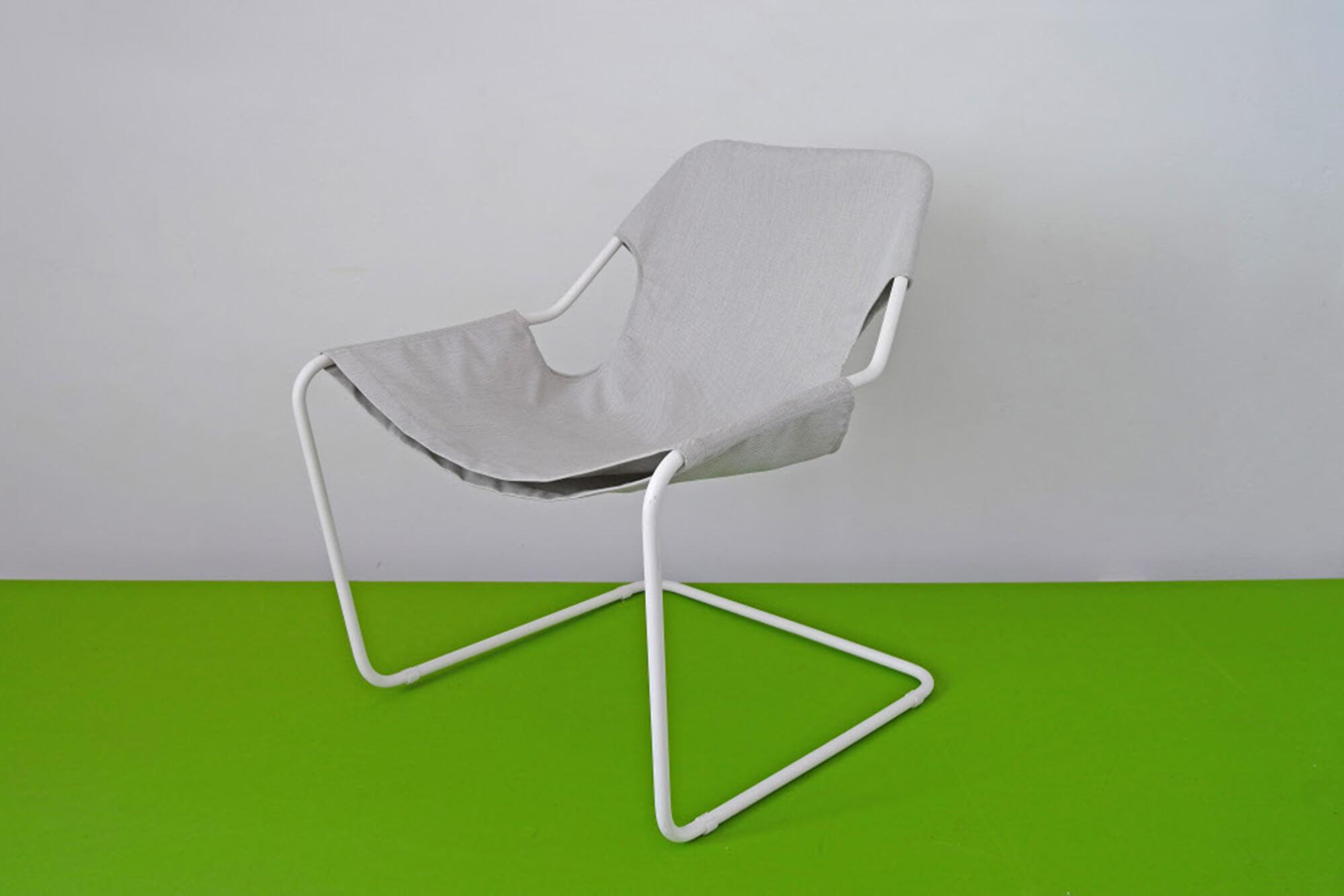 金属框架、灰色 Sunbrella 织物装饰的坐椅
