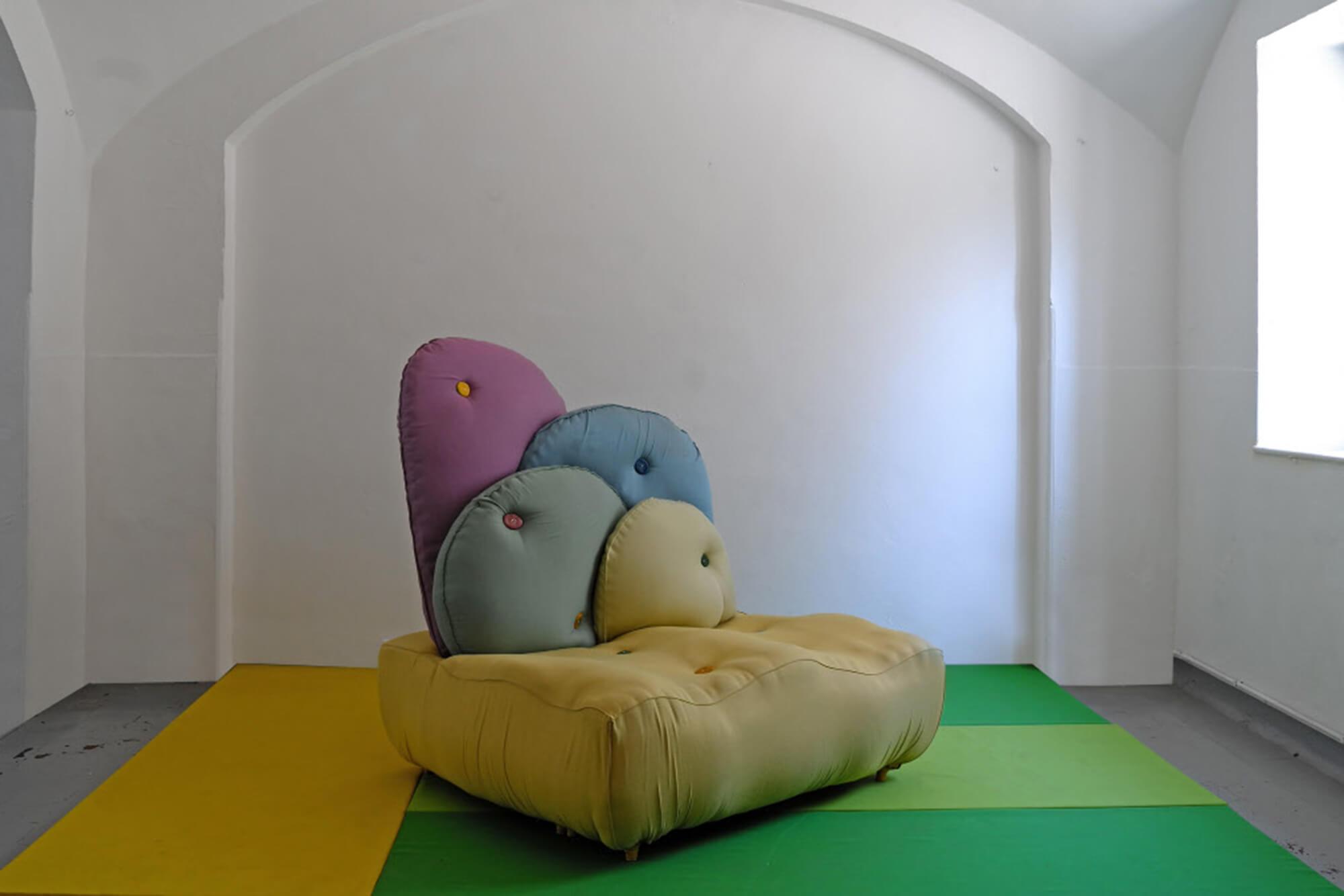 Nacho Carbonell 采用 Sunbrella 打造的色彩绚丽的现代沙发。