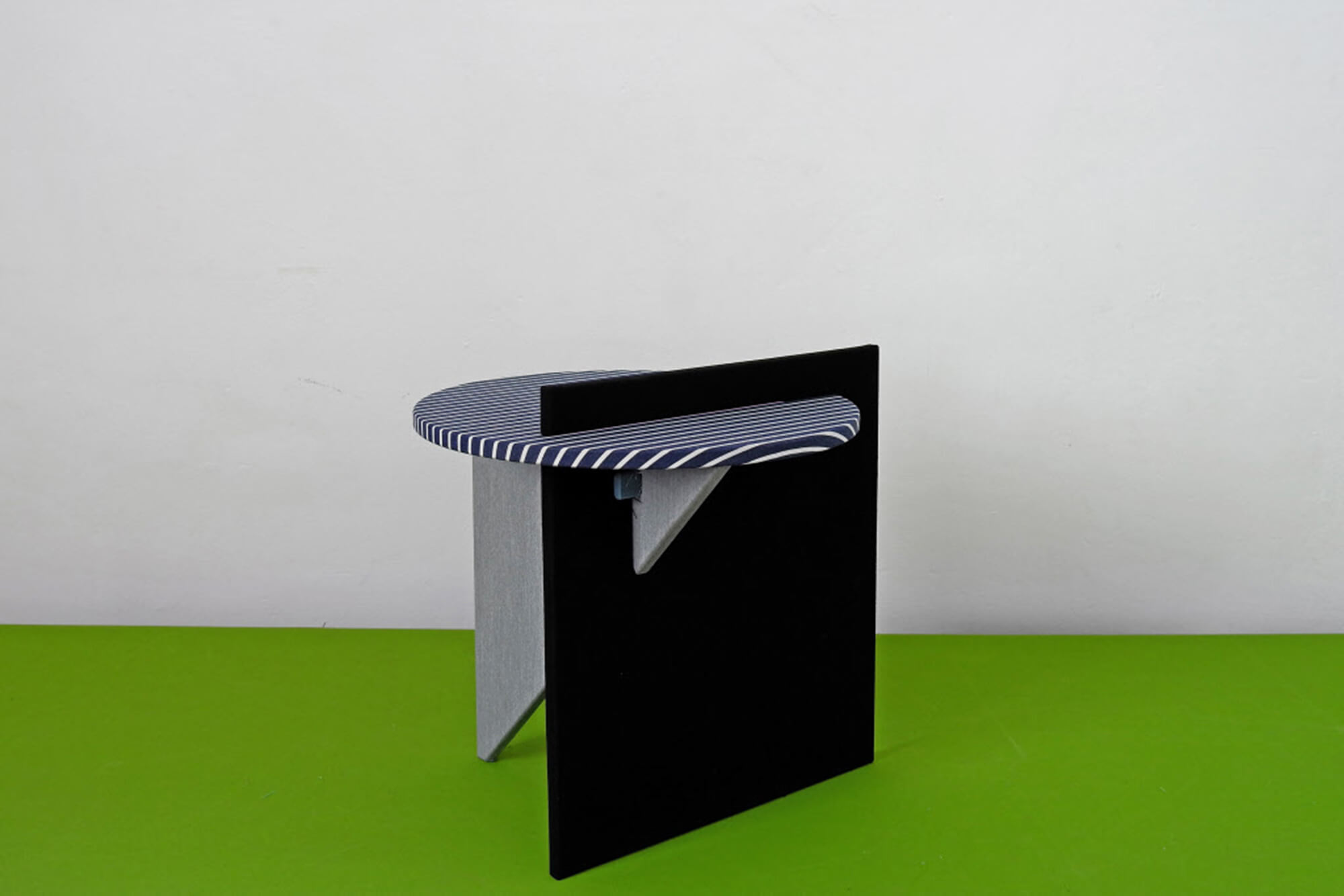 Rosana Orlandi 美术馆里 Atelier Lavit 设计的黑色与海军蓝色边桌