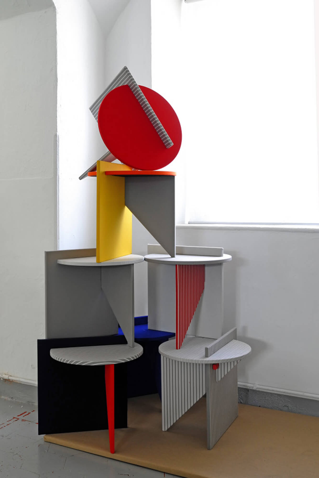 Rosana Orlandi 美术馆里,堆叠着 Atelier Lavit 设计的亮色边桌