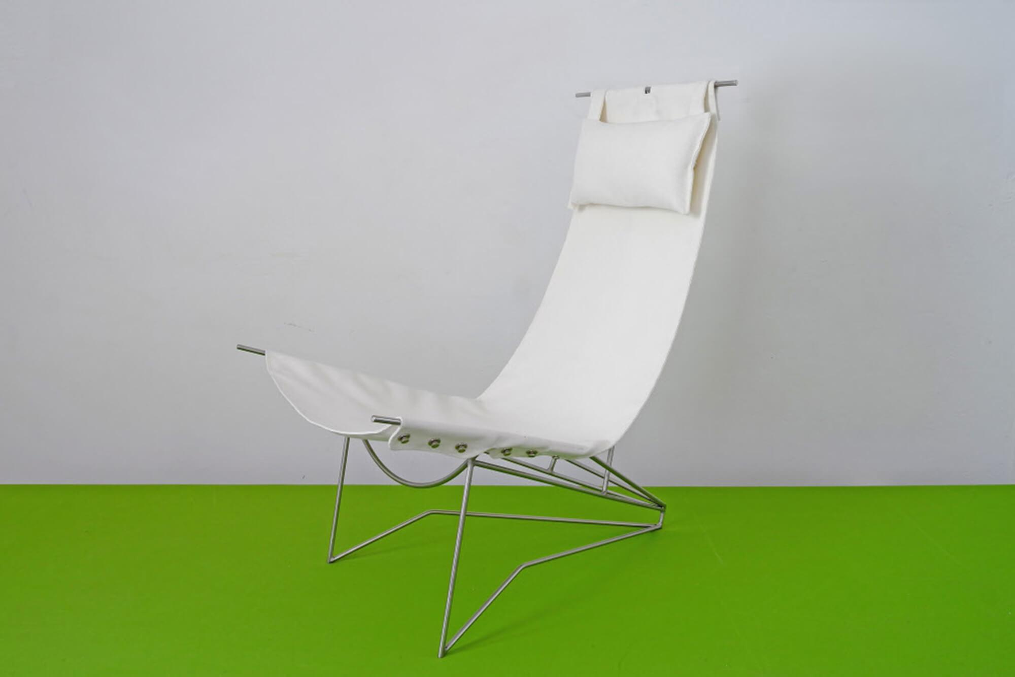 金属框架、白色 Sunbrella 织物装饰的坐椅