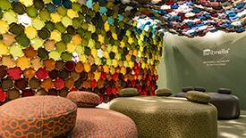 这款在意大利米兰展示的艺术装置是由 Élise Fouin 用 Sunbrella 的彩色面料设计而成
