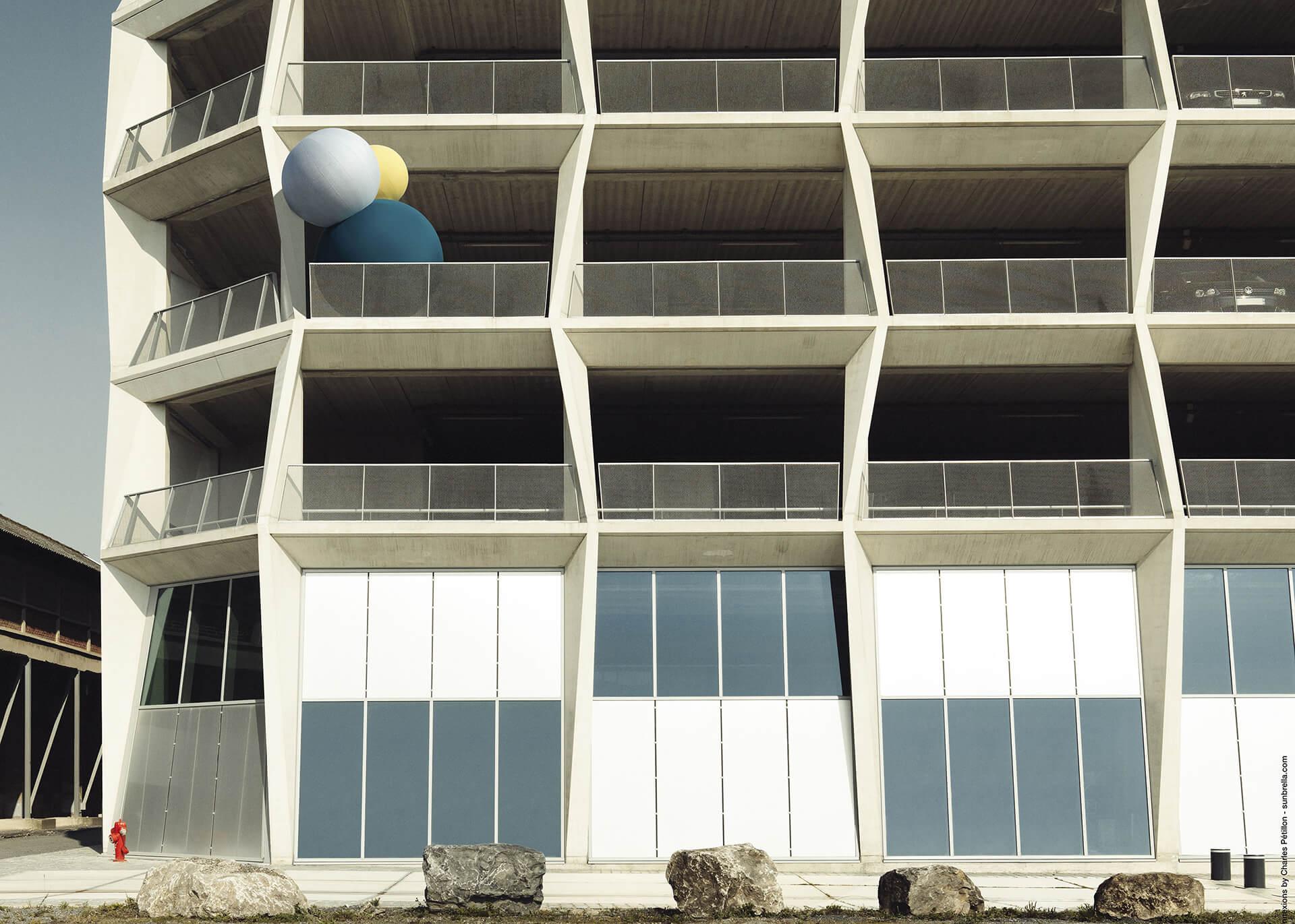停落在阳台上、用 Sunbrella 装饰布料制做的 Sunbrella Connexions 气球。