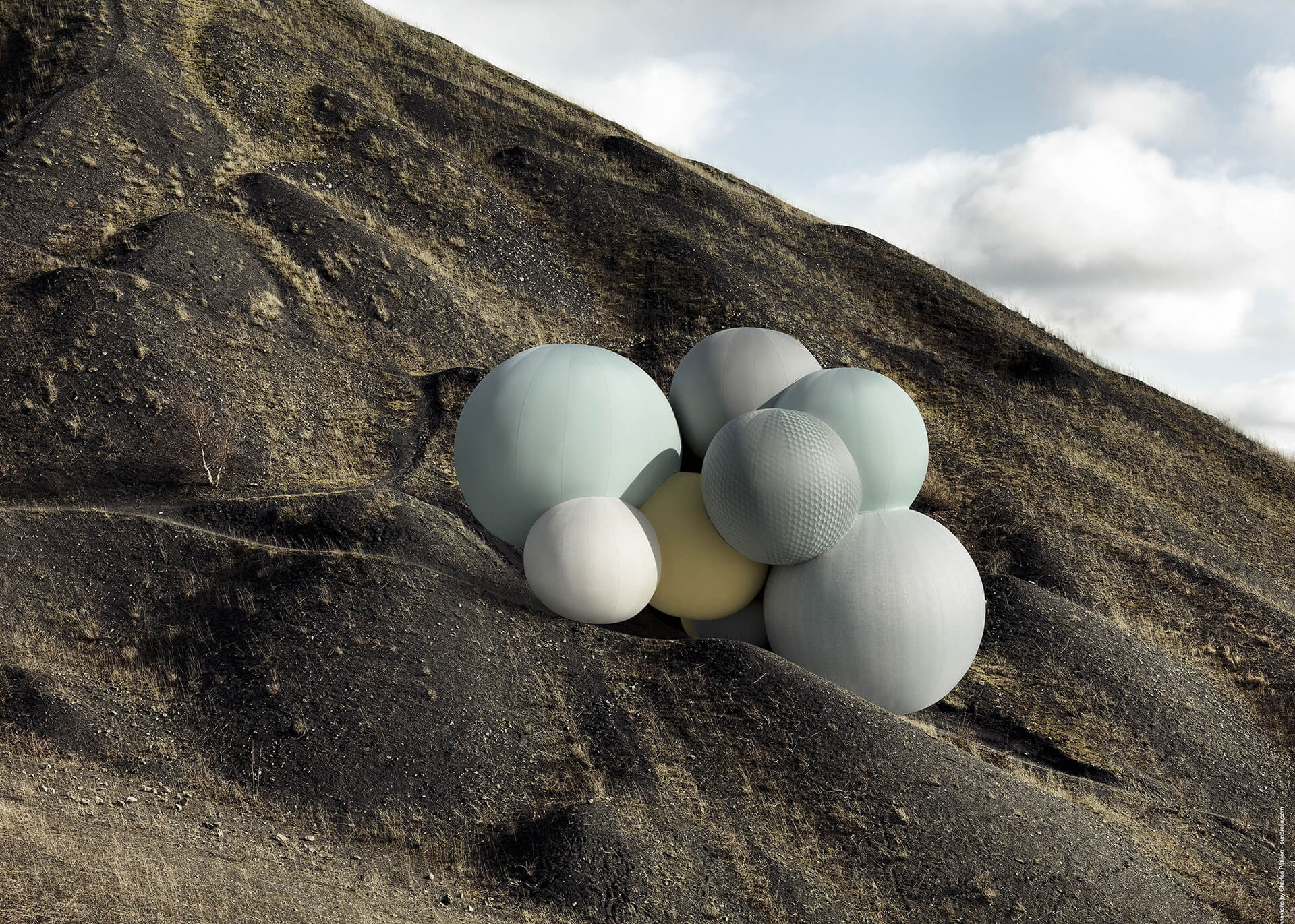 停落在悬崖上方、用 Sunbrella 装饰布料为特色的 Sunbrella Connexions 气球。