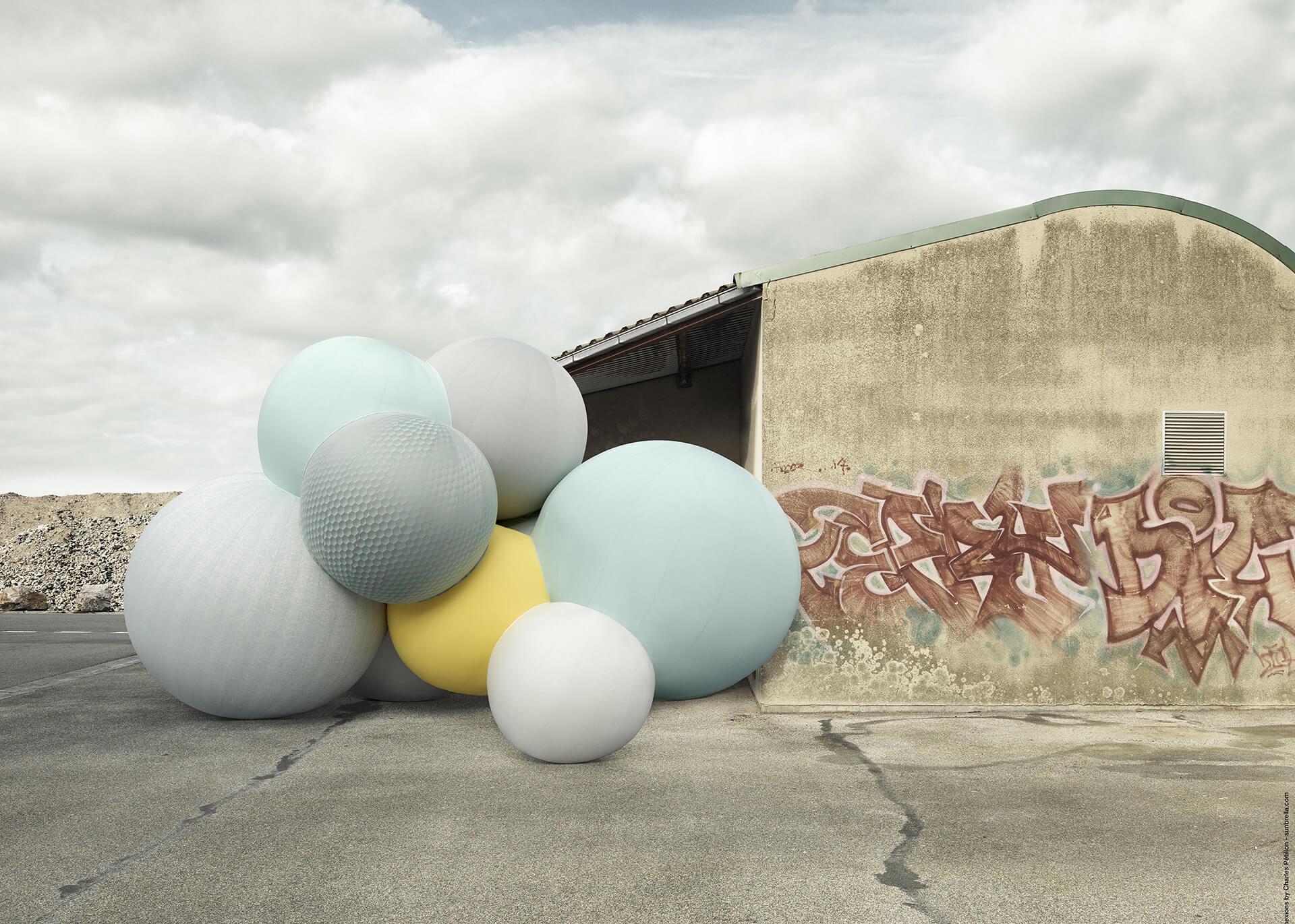 艺术家 Charles Petillon 创作的 Sunbrella Connexions  气球放置于混凝土建筑前的城市背景下。
