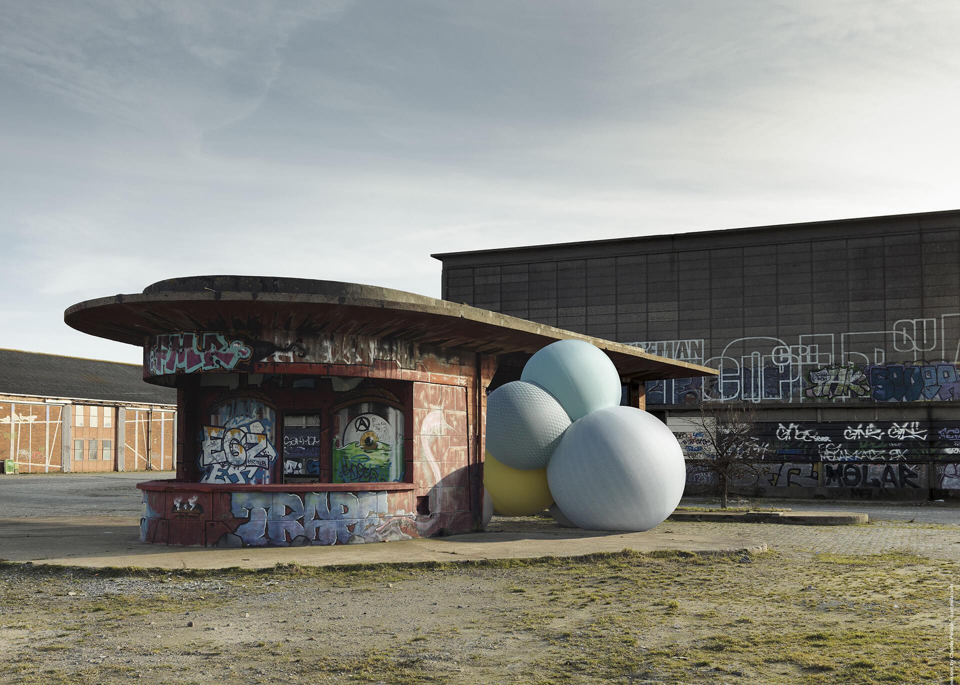 停落在涂鸦艺术建筑外的 Sunbrella Connexions 气球。