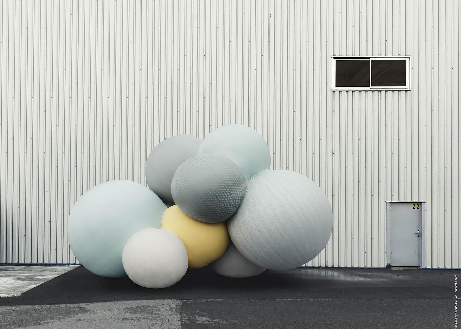 仓库前停落着 Charles Petillon 创造的 Sunbrella Connexions 气球。