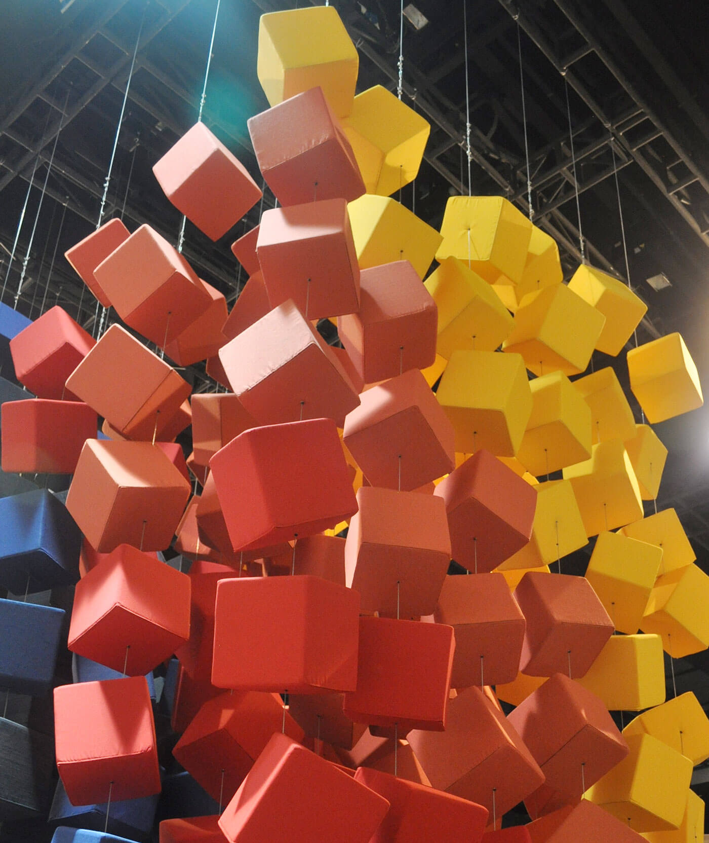 Sunbrella Spectrum 的特色是使用了颜色亮丽、悬浮于装饰立方体上方的 Sunbrella 装饰布料。
