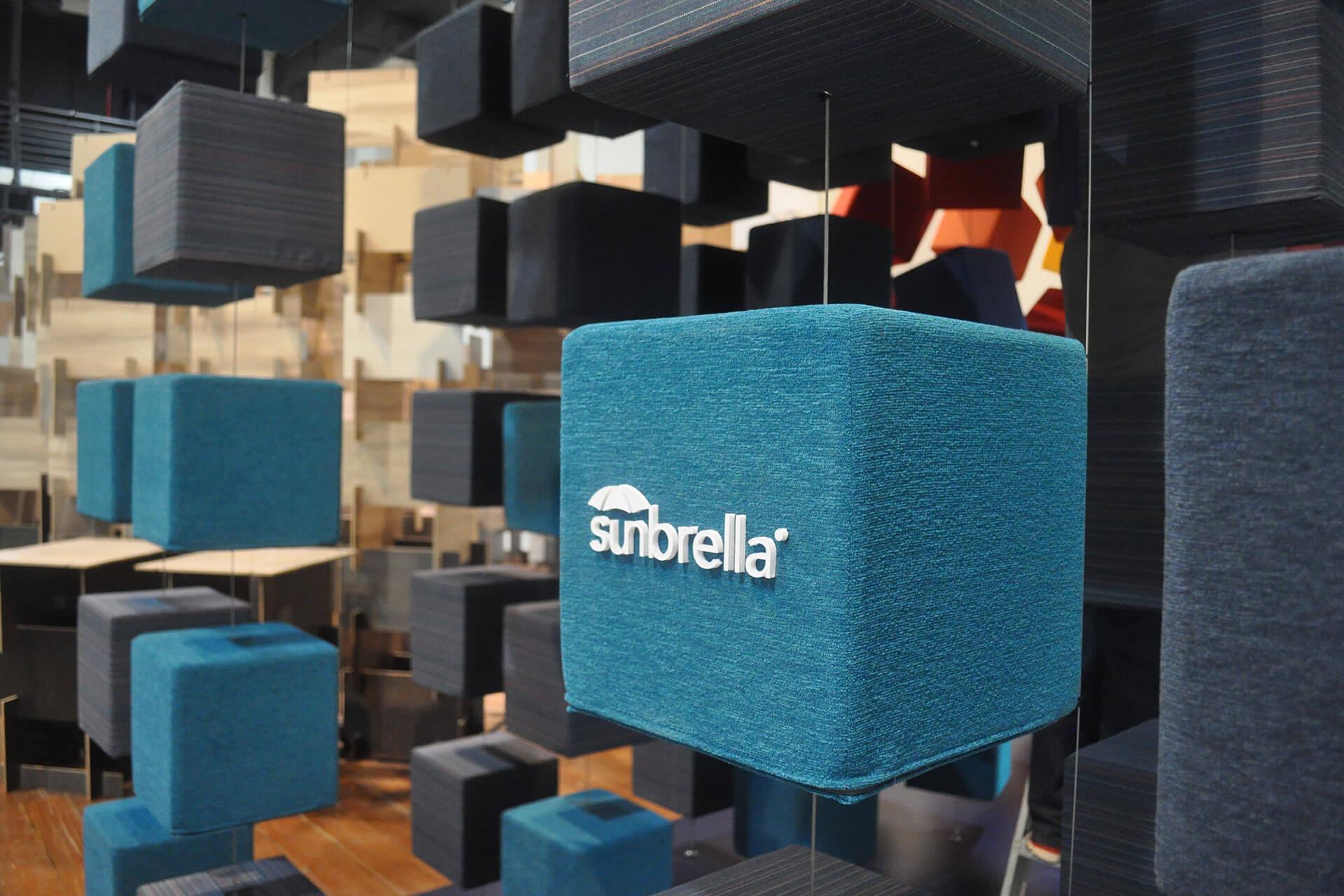 新加坡 InDesign 展上使用 Sunbrella 布料装饰的蓝绿色立方体的特写。