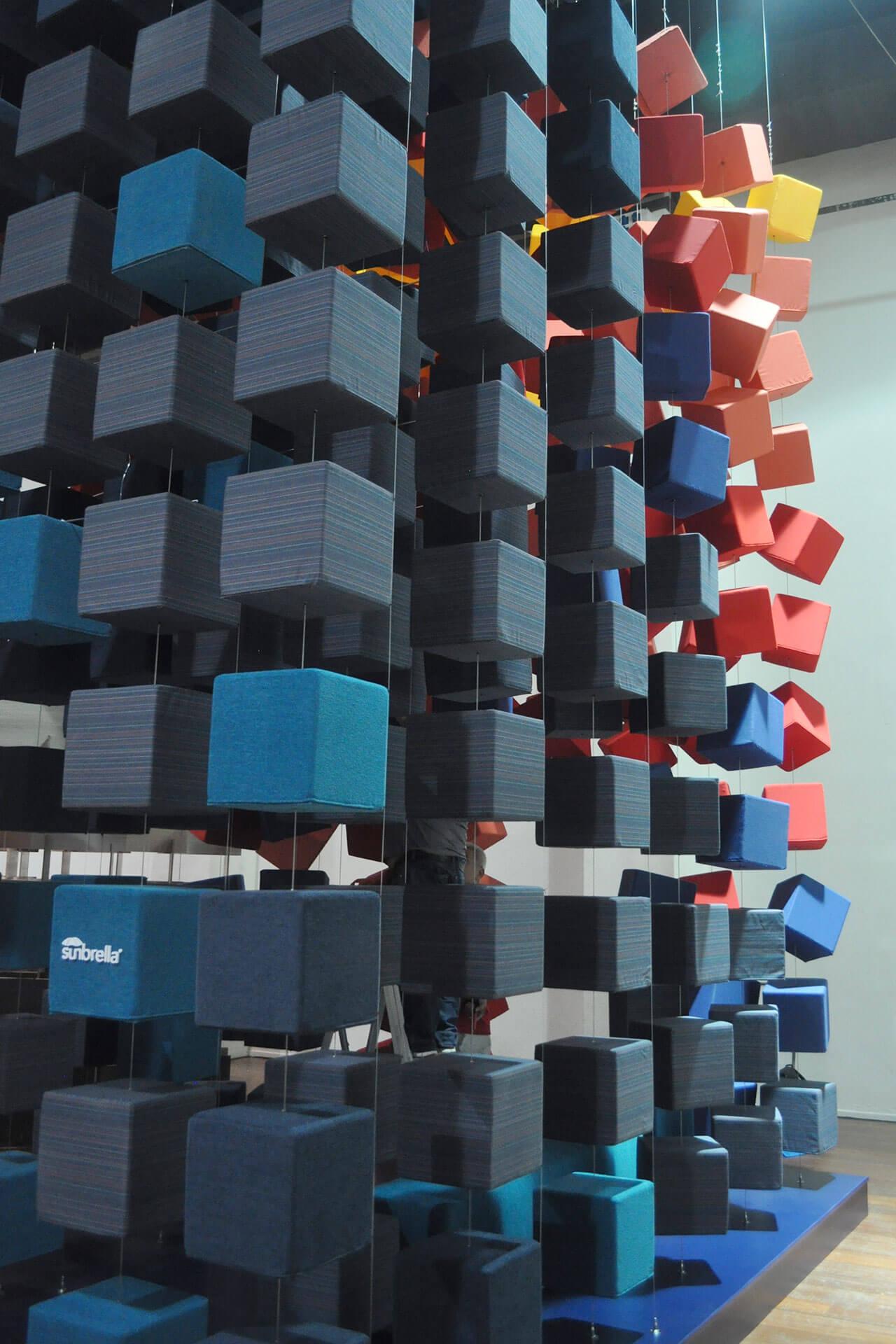 Sunbrella Spectrum 艺术装置使用了许多颜色亮丽、用 Sunbrella 布料制成的立方体。