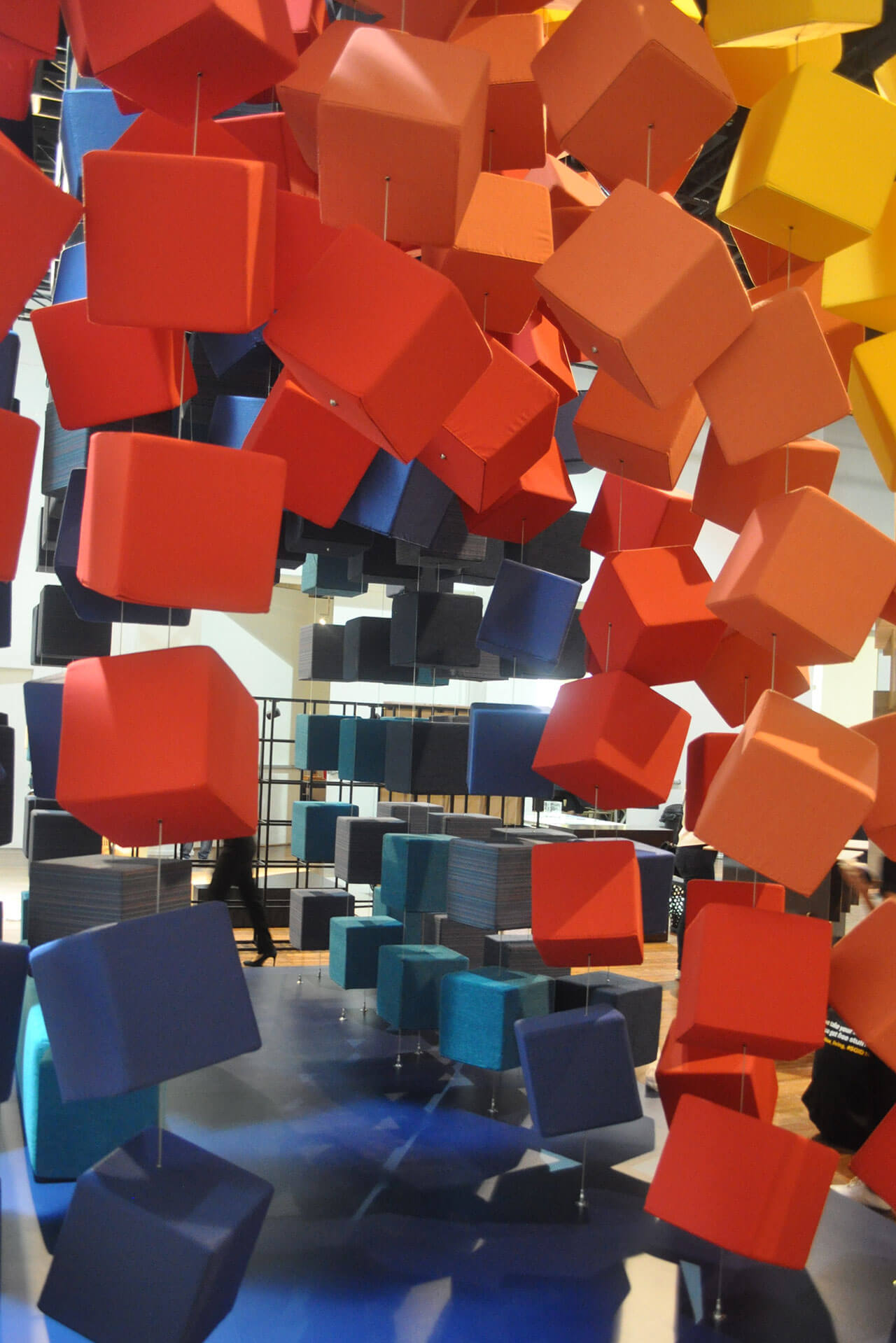 Sunbrella Spectrum 立方体为参观者构建通道,供其体验多种布料。