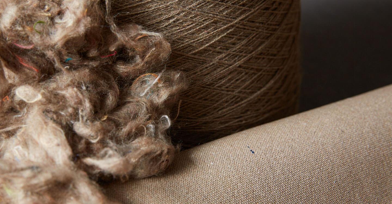 回收利用的次品纤维、纱线和织物特写,展示 Sunbrella Renaissance 织物的整个制作流程。