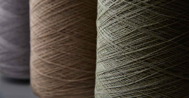 缠绕在线轴上的回收利用 Sunbrella Renaissance 纱线特写。