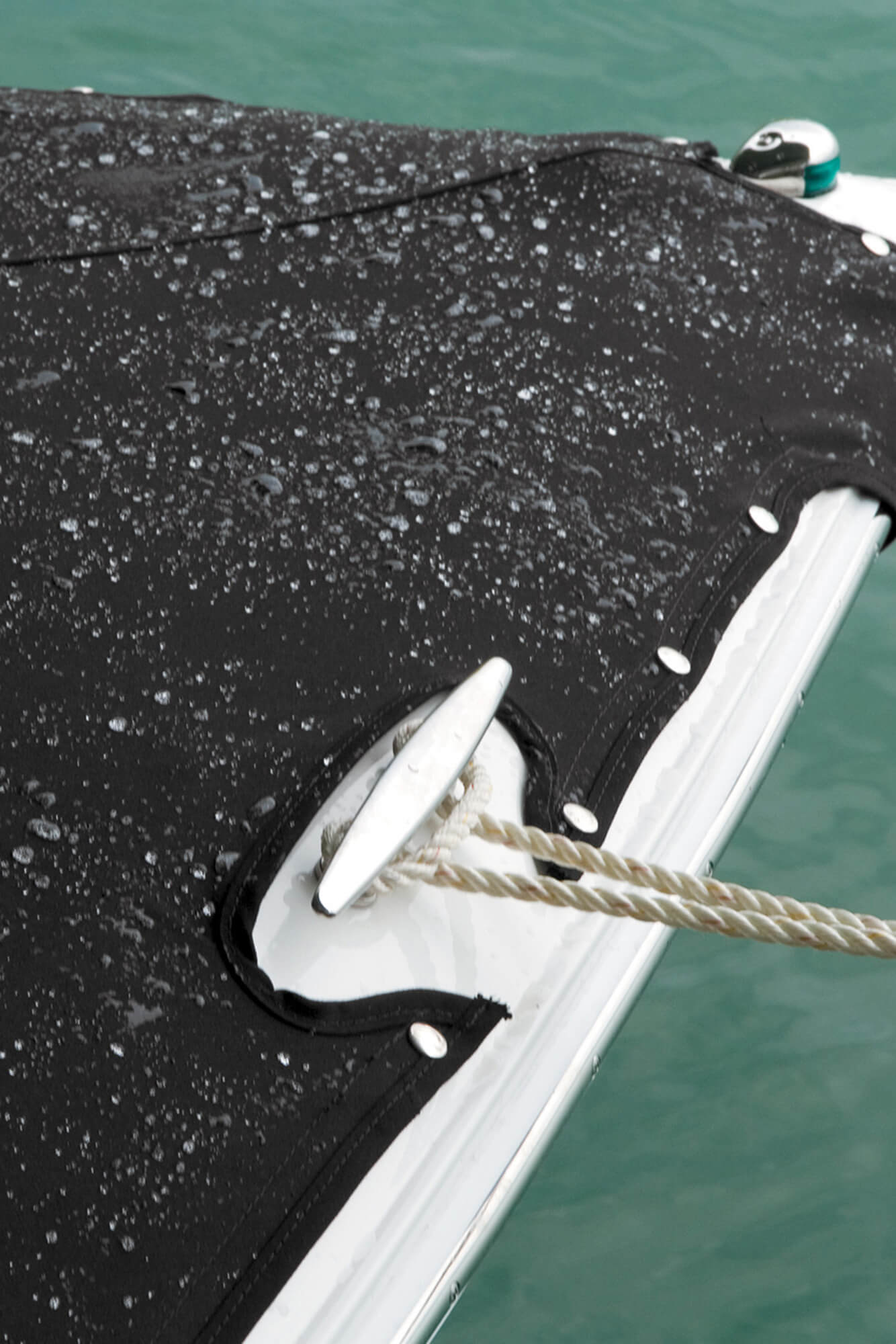 汽艇船首带有由黑色 Sunbrella 织物制成的船罩。