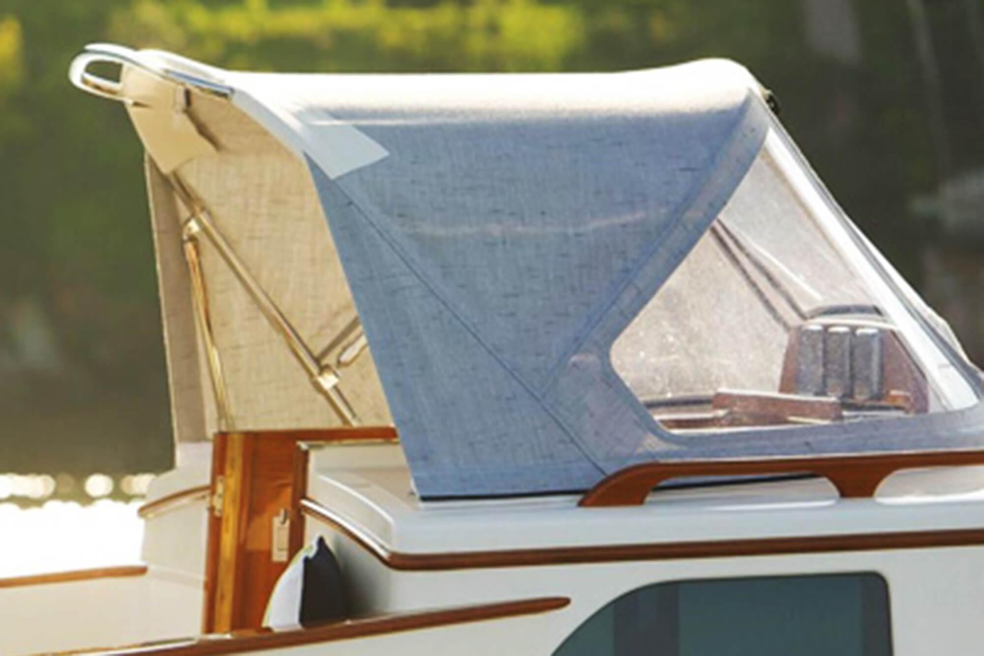 由灰色 Sunbrella 织物制成的帆船的防浪板。