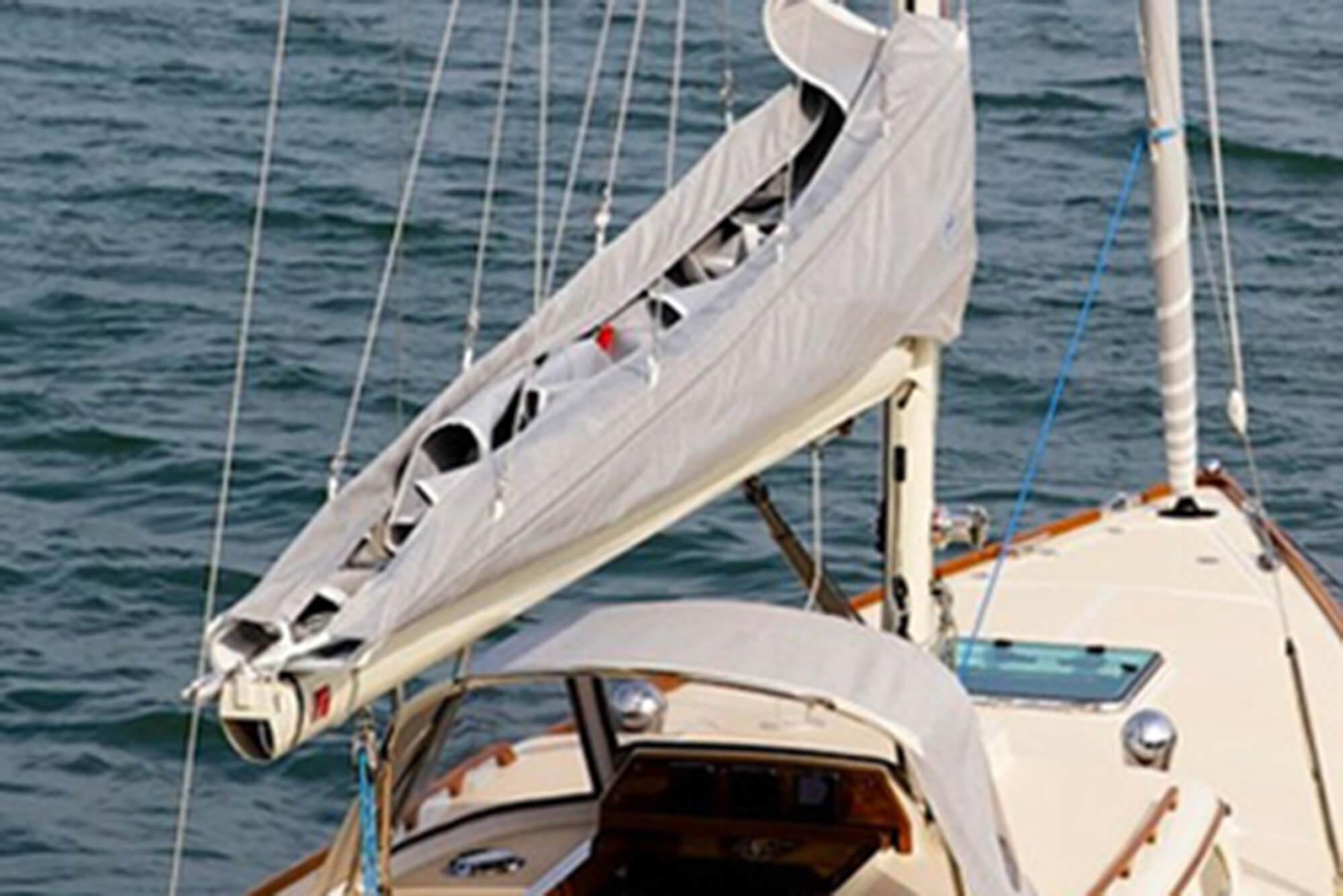 由 Sunbrella 织物的灰色船盖保护帆船上的船帆。