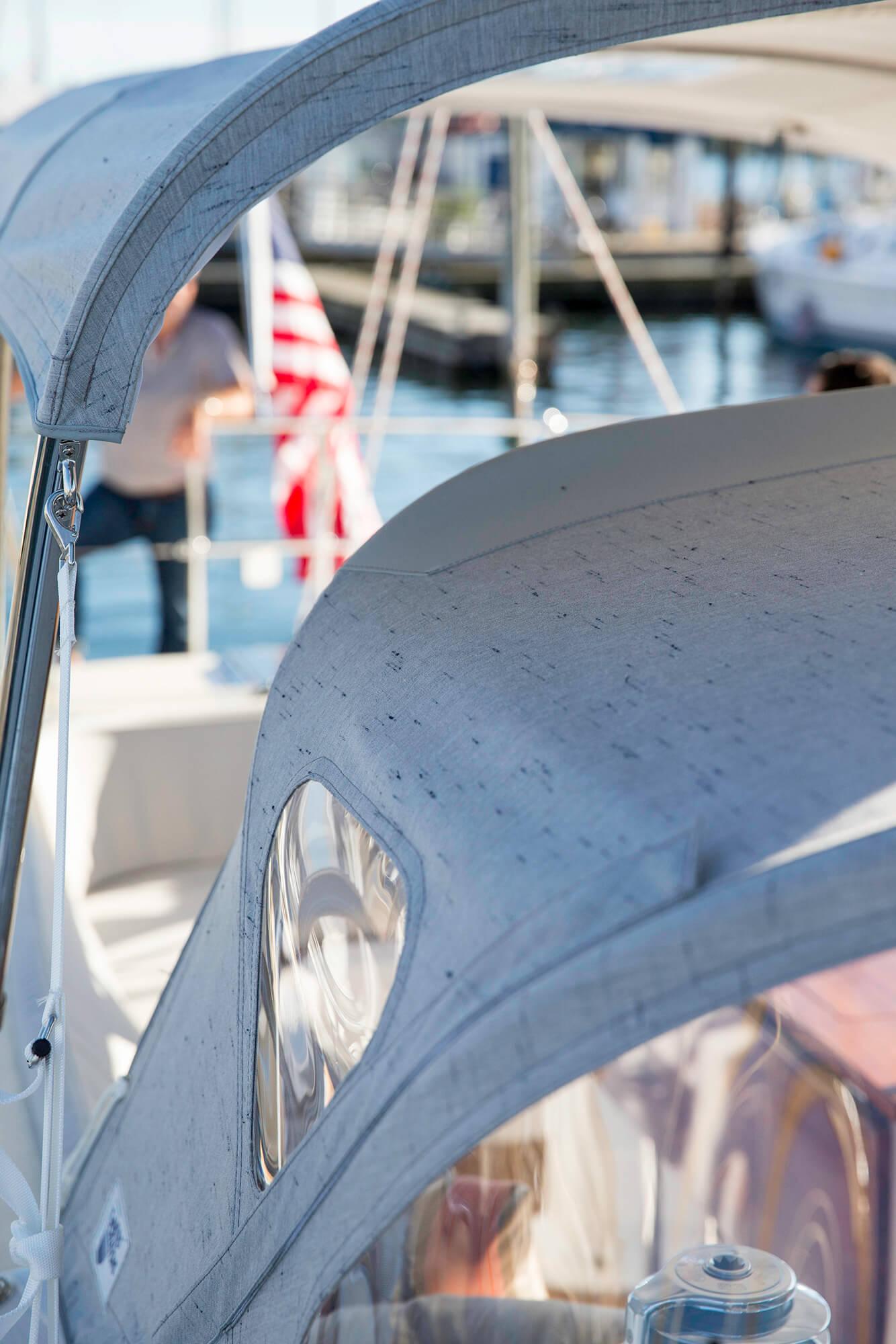 帆船防浪屏与 Sunbrella Crest Ash 织物遮阳篷的细节