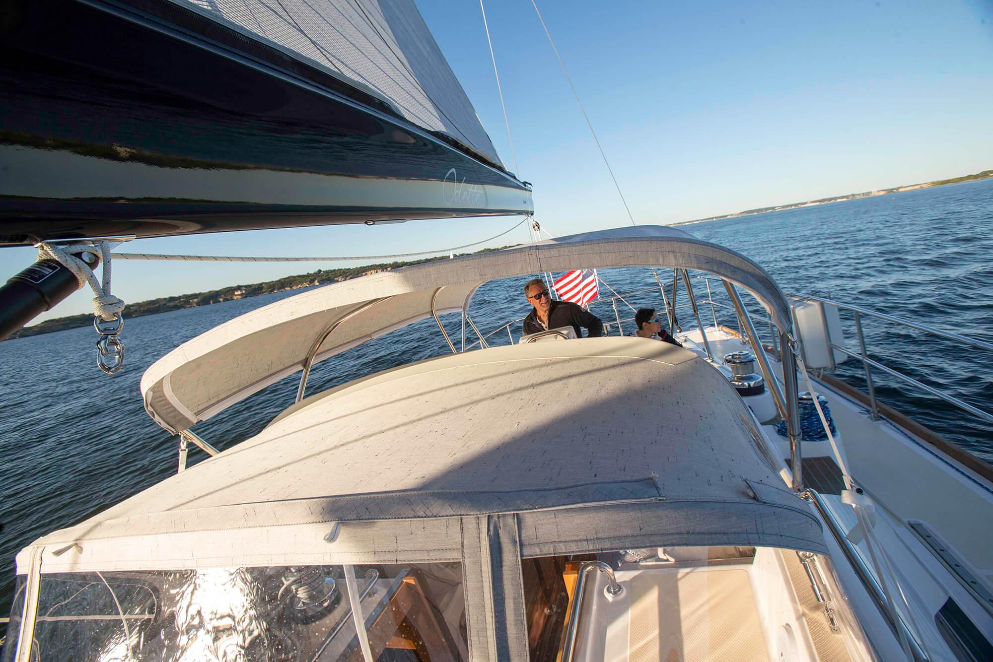 航行的帆船上有 Sunbrella Crest Ash 制成的遮阳篷和防浪板