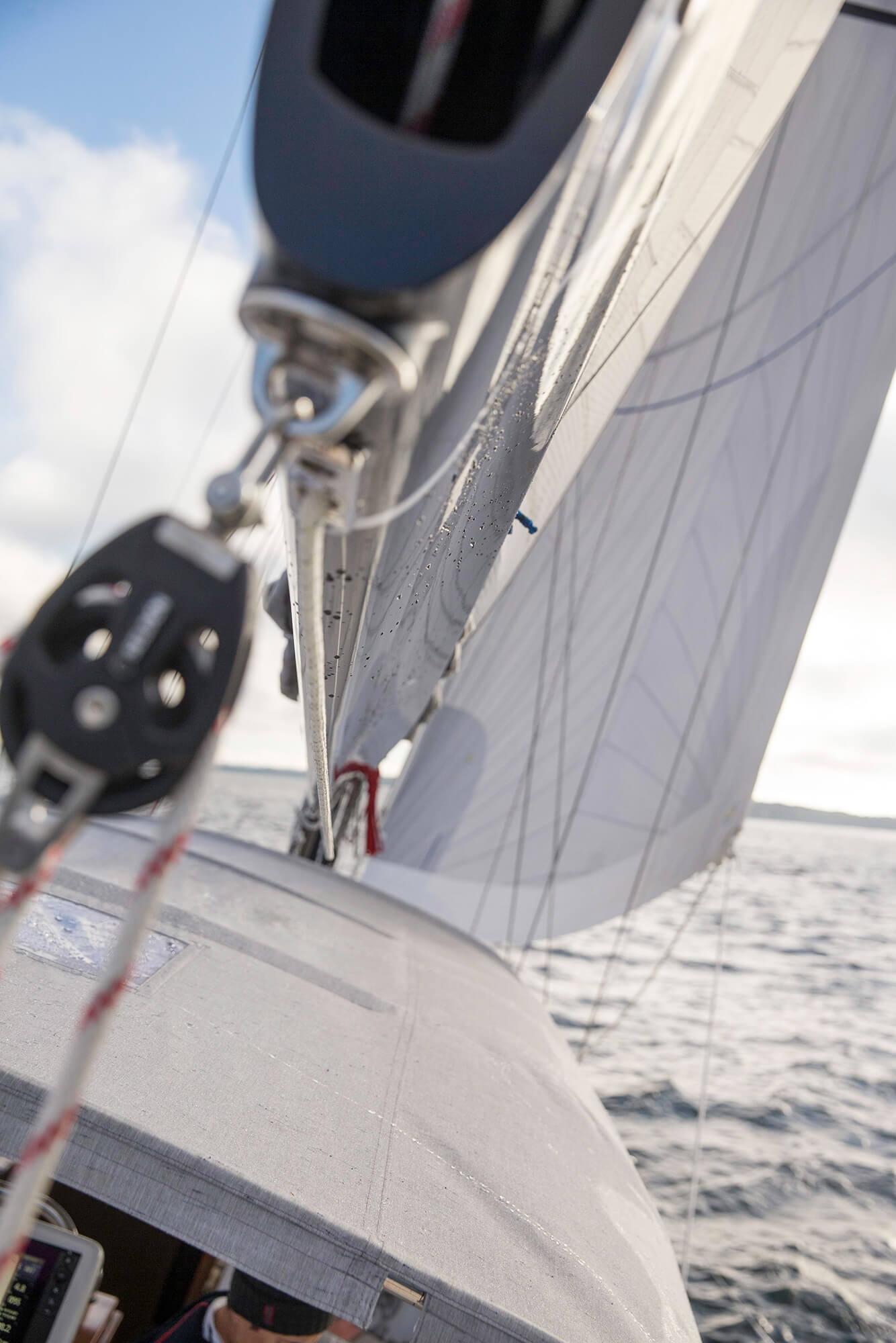 落下帆盖、扬帆航行的帆船