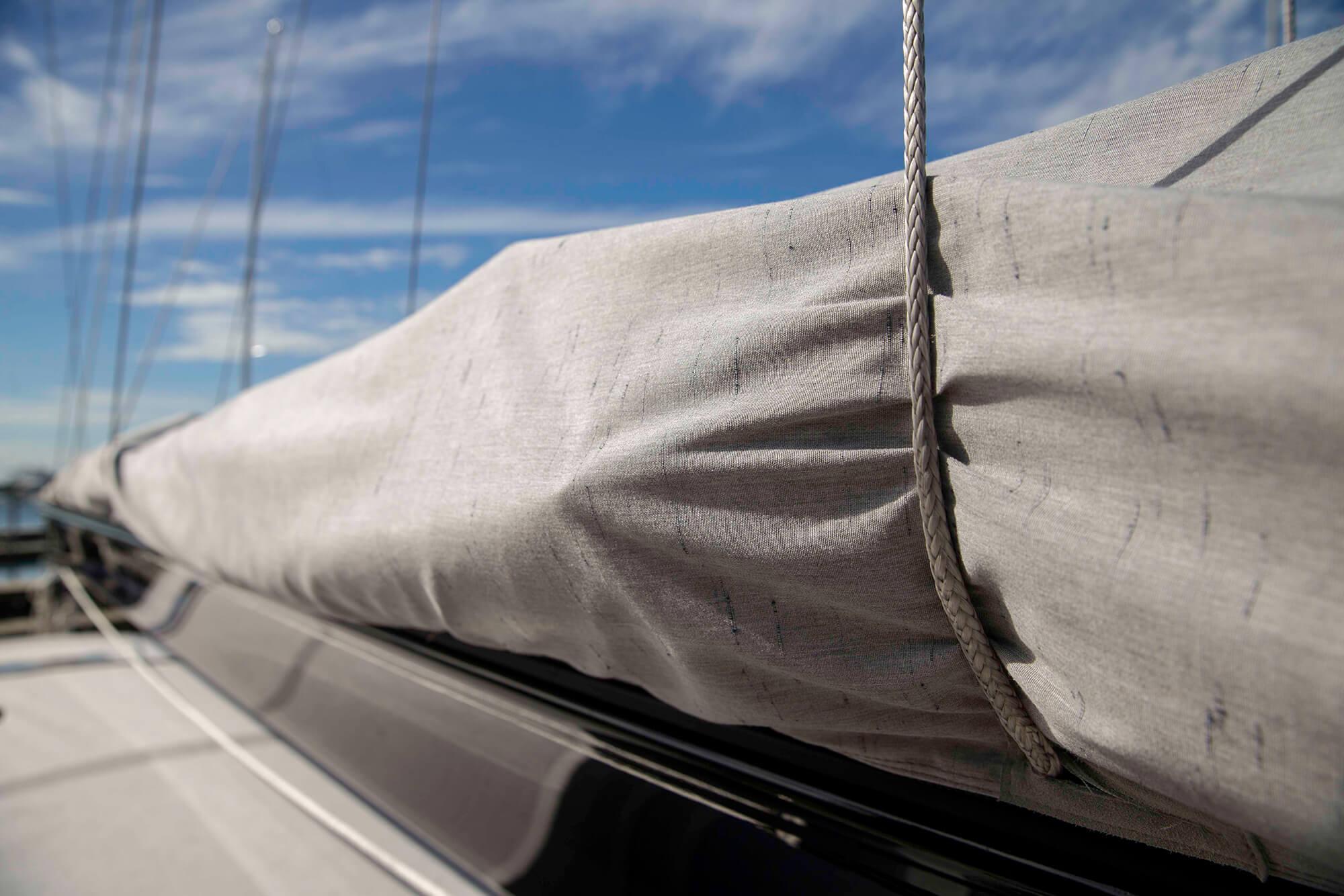 灰色 Sunbrella Crest Ash 面料帆盖的细节