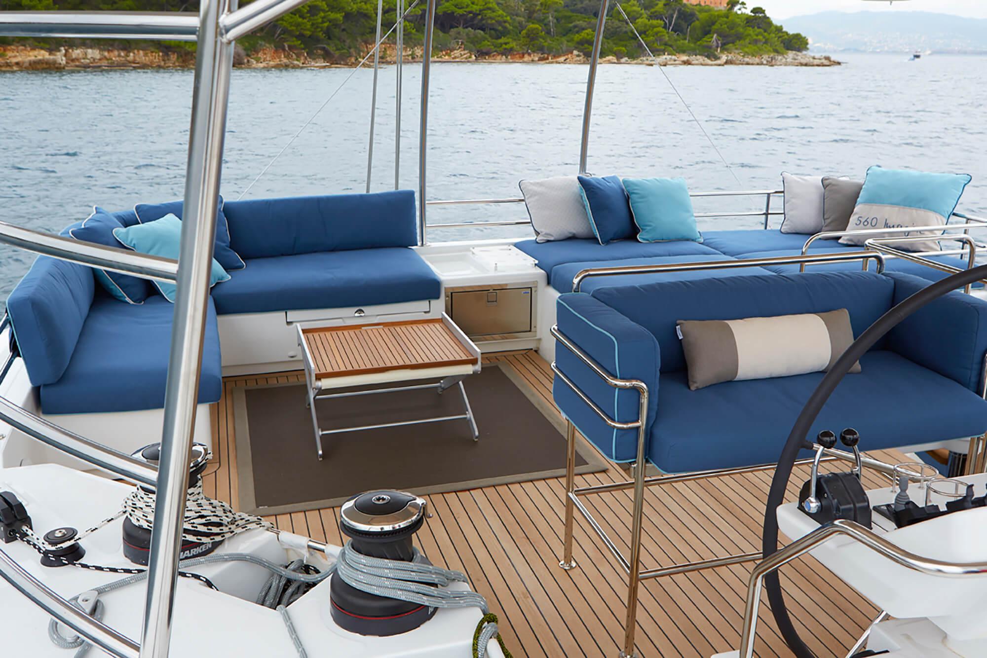 蓝色 Sunbrella 家具装饰织物的船用坐垫