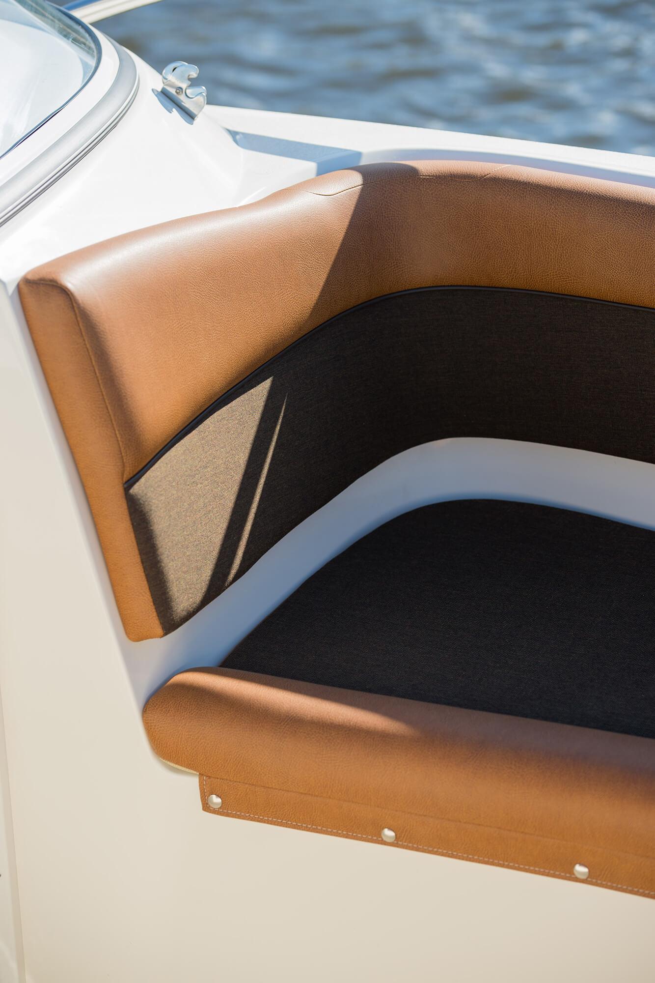 汽船上 Sunbrelle 棕色坐垫的近距离照片