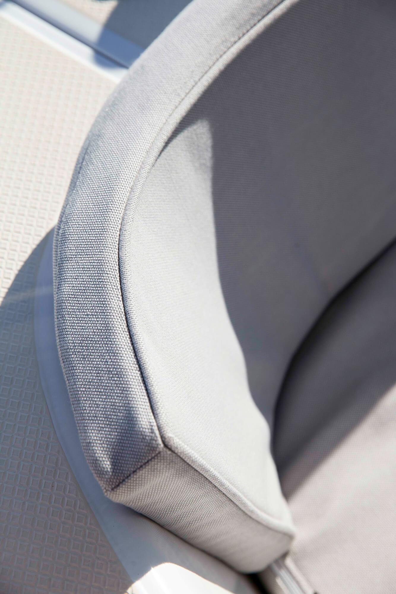褐色 Sunbrella 家具装饰织物的船用坐垫与靠背细节