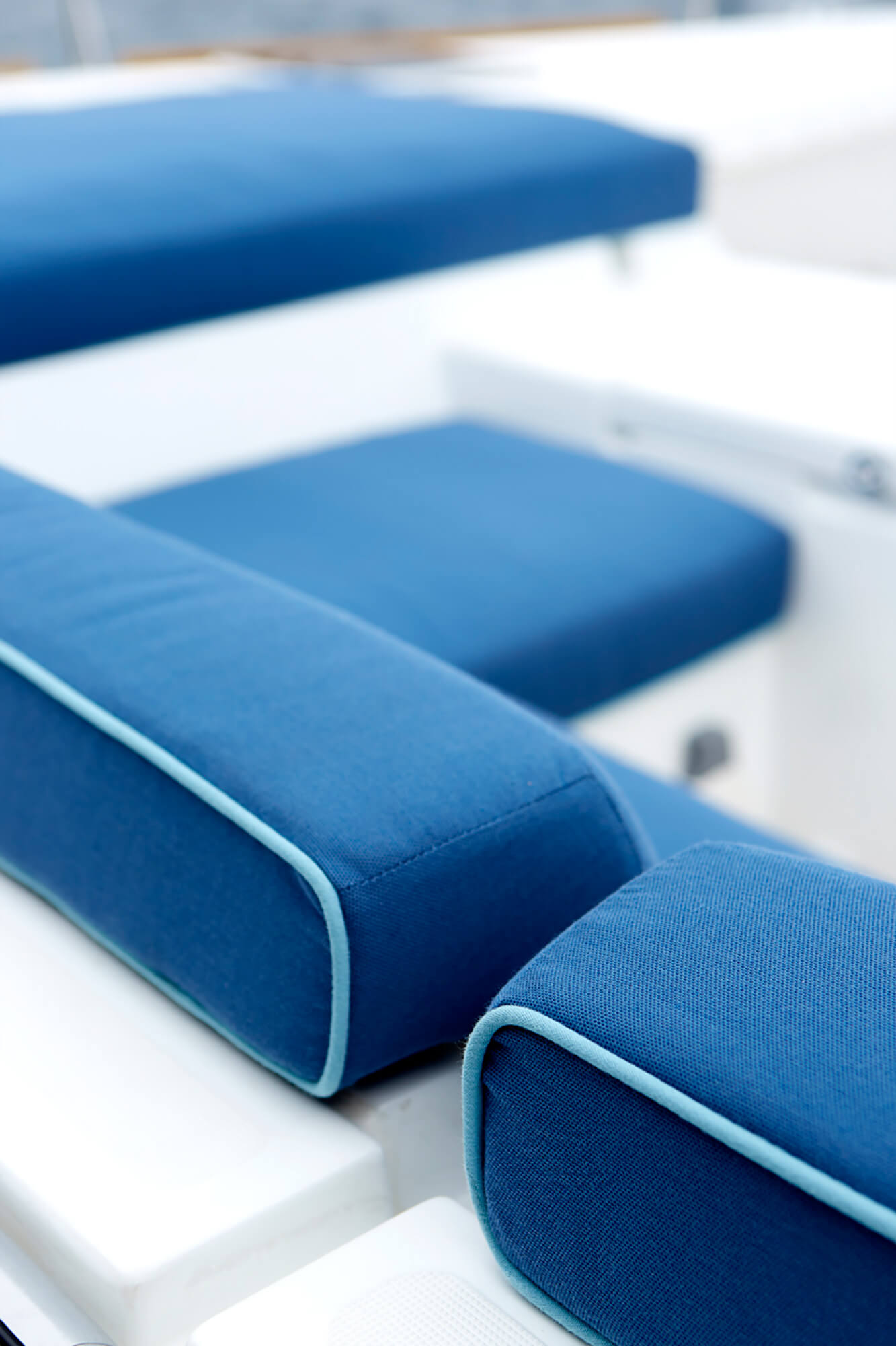 淡蓝色线条的船用坐垫细节