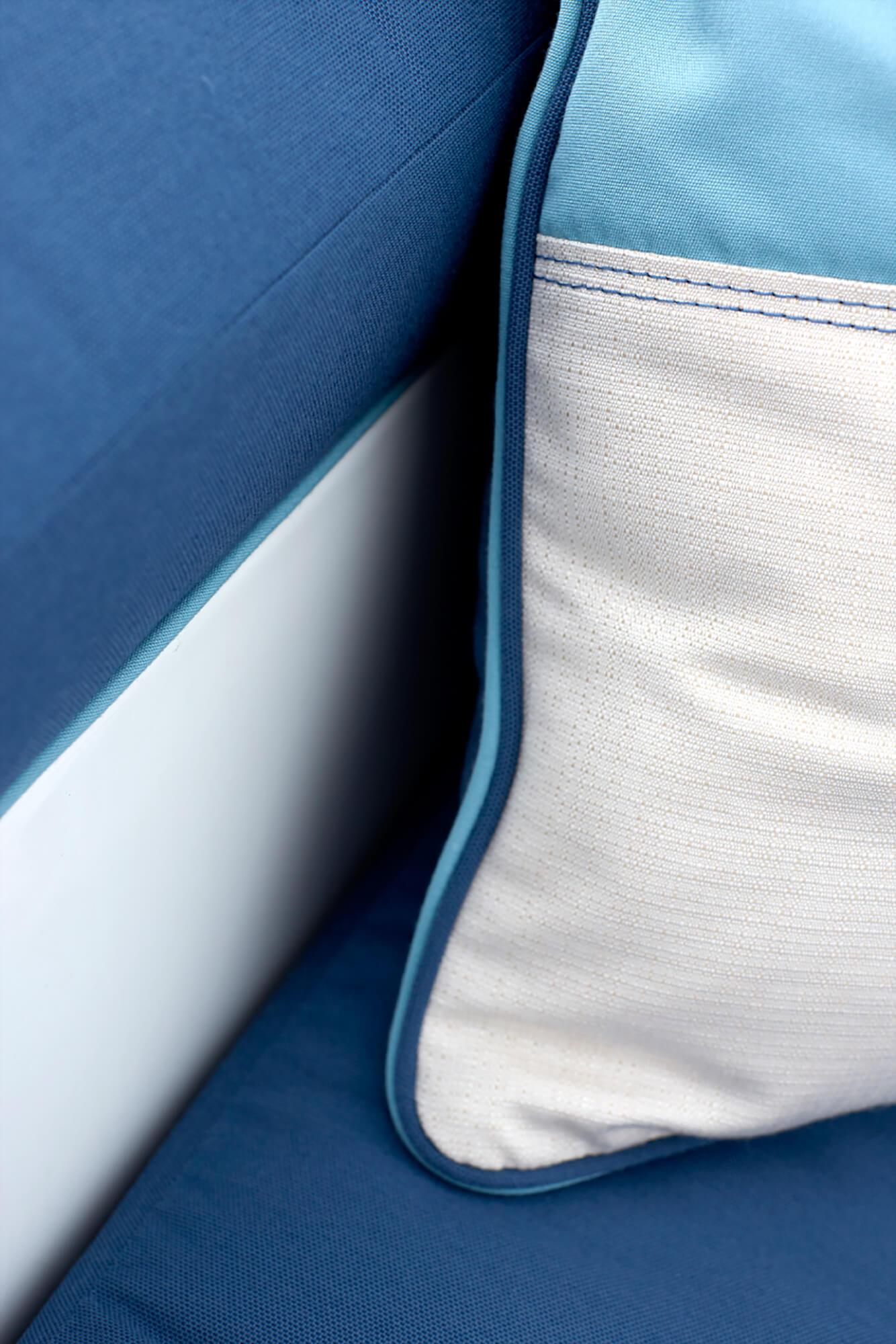 蓝色坐垫上的蓝白织物细节照片