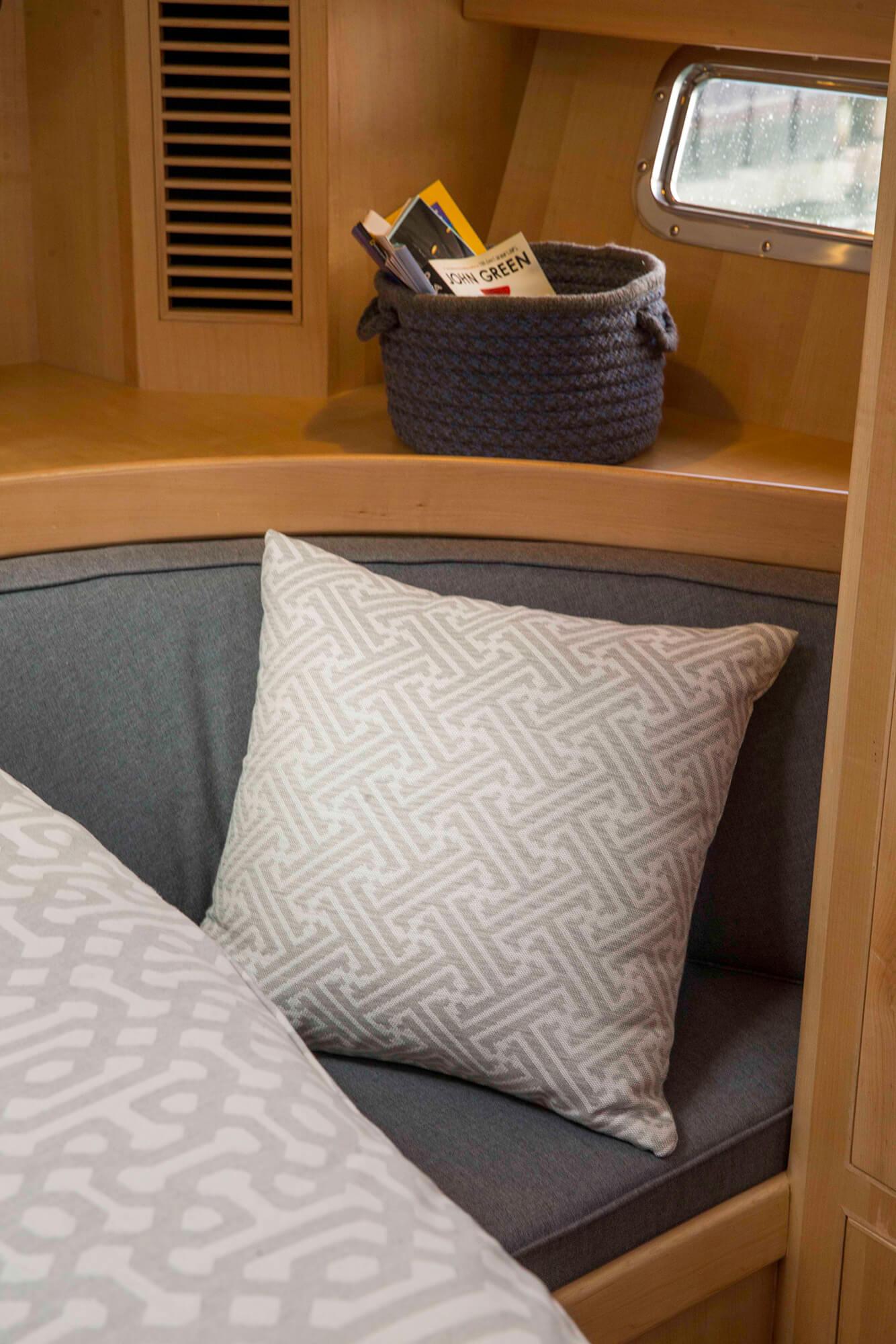帆船舱内,坐垫上的灰色样式枕头