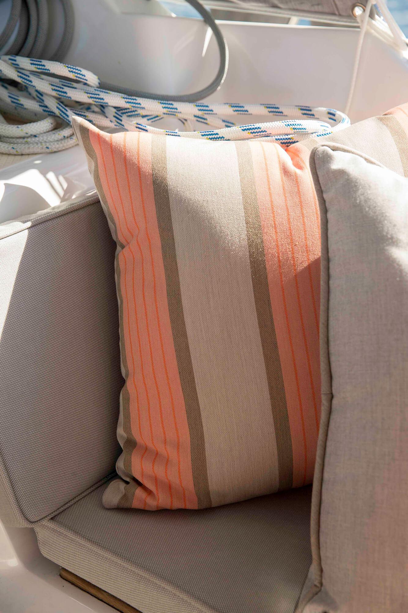 Sunbrella Cove Cameo 织物制成枕头的细节
