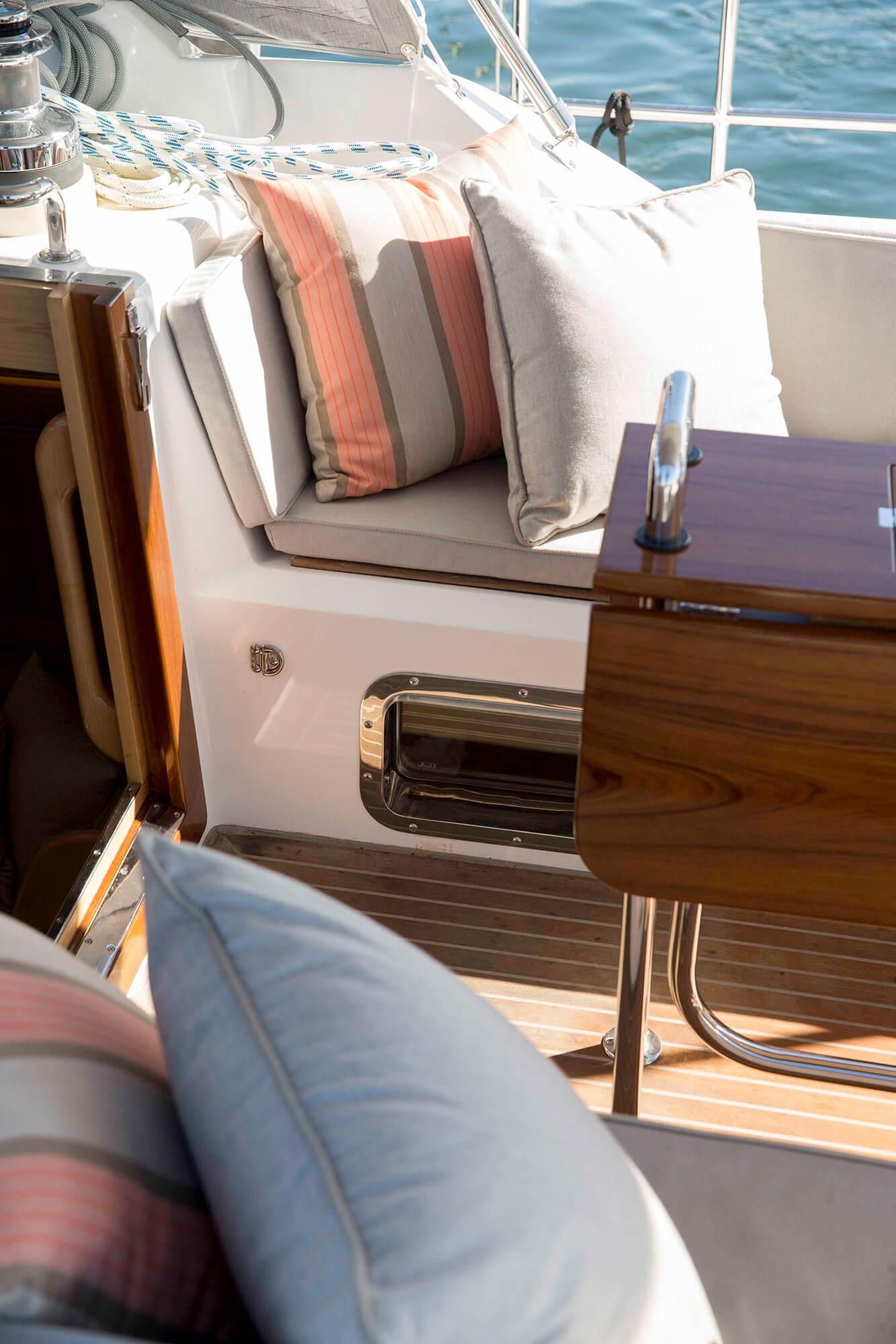甲板船座上,Sunbrella 织物制成的粉褐条纷抱枕