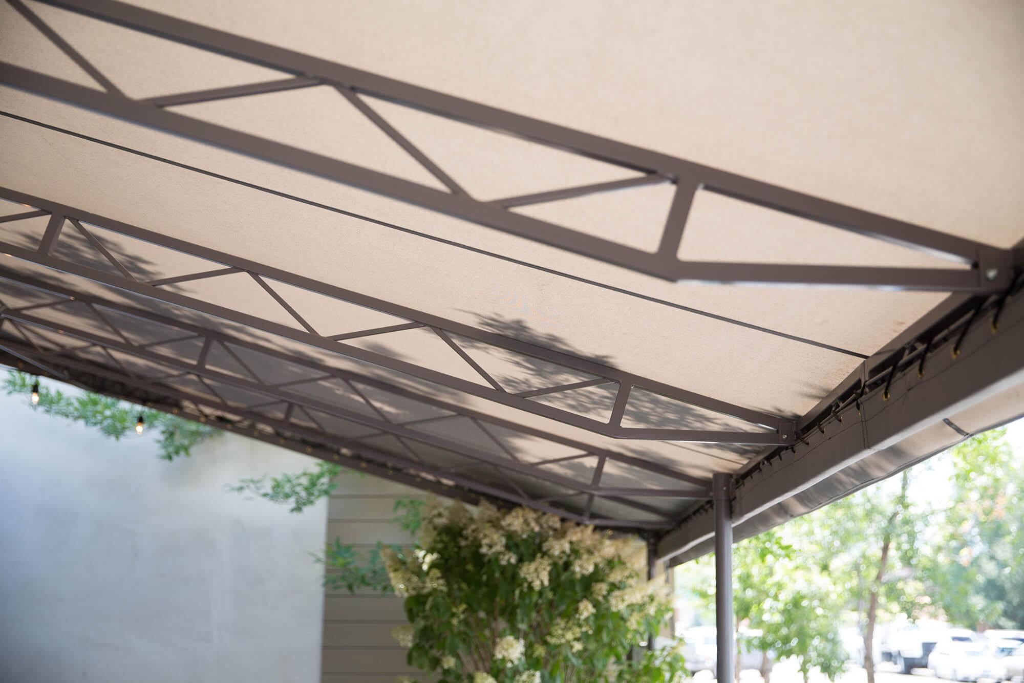 褐色 Sunbrella 固定式遮阳篷底部细节