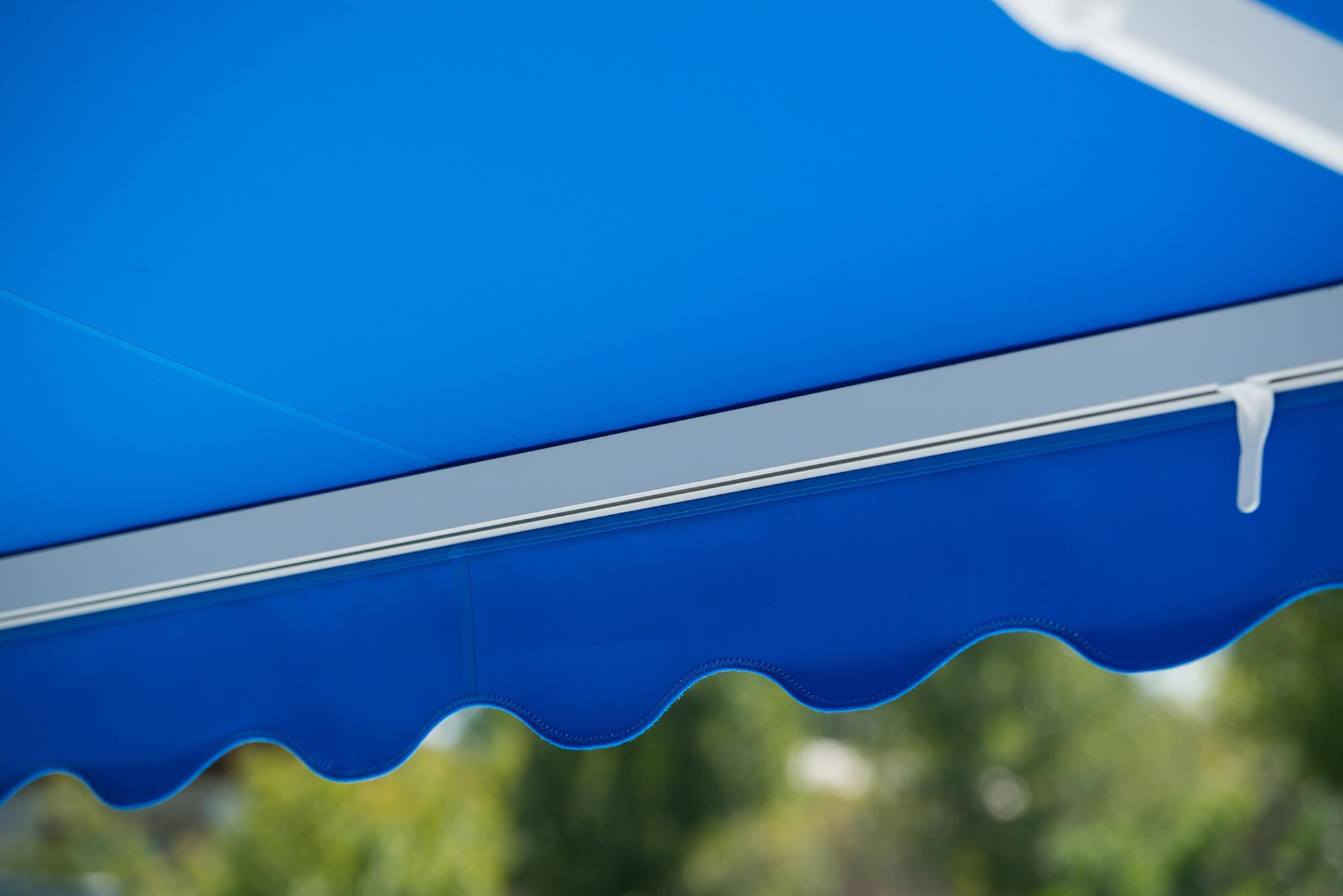 蓝色 Sunbrella 可伸缩遮阳篷的细节设计