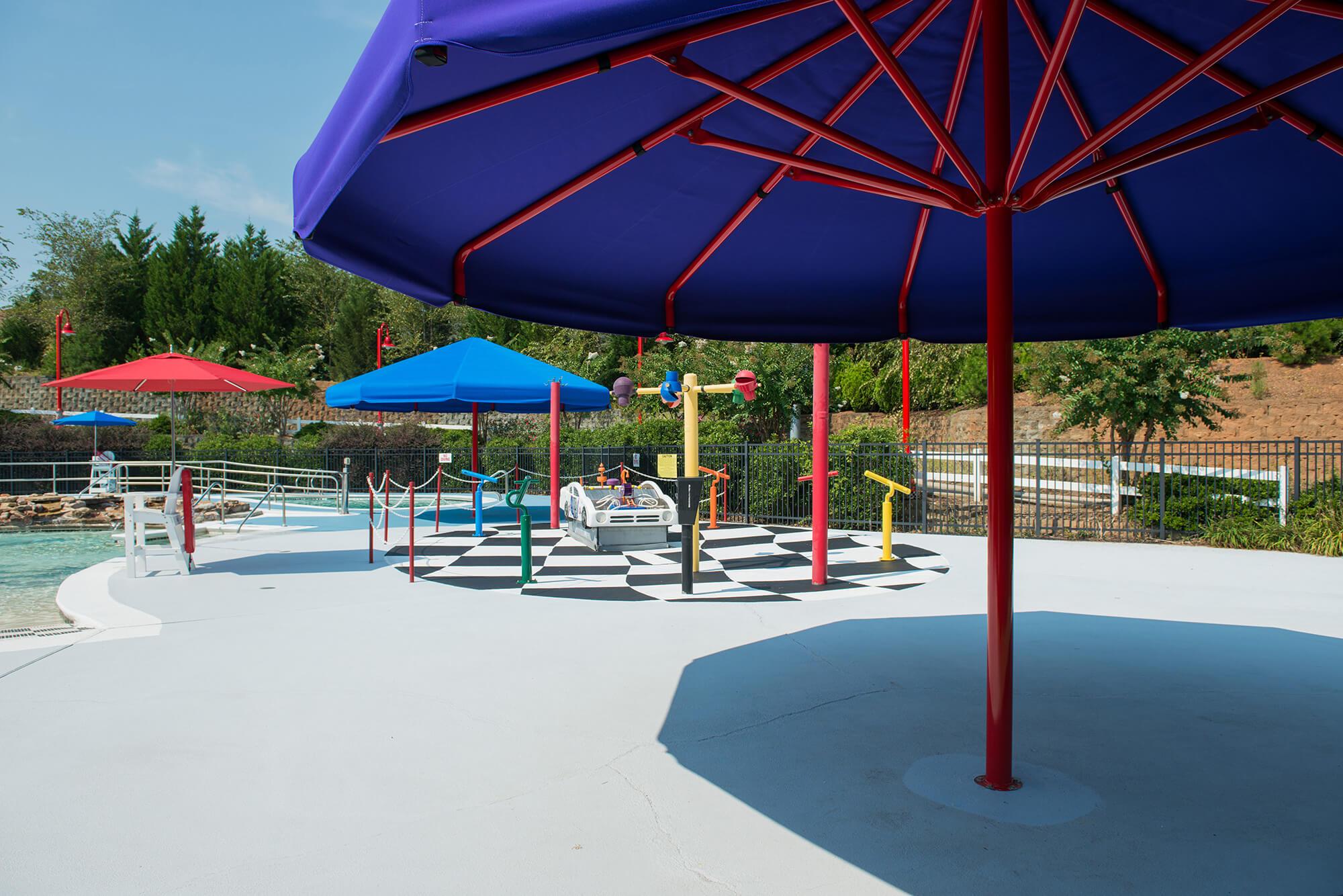 儿童水上乐园的混色伞