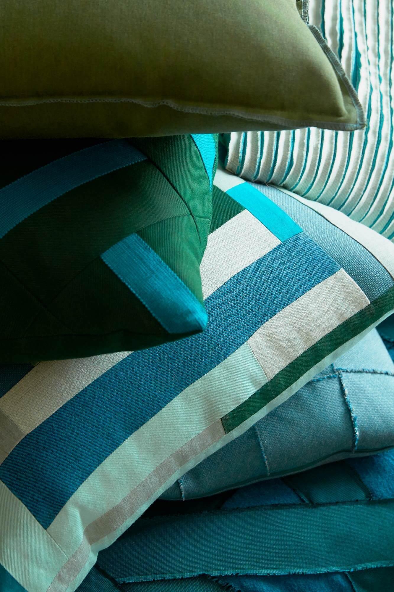 Sunbrella 功能面料可为您打造独特设计的装饰靠垫,无论是亮丽的色系,还是精致的花纹,都能完美体现其优质的奢华纹理和色彩,打造属于您的居家格调