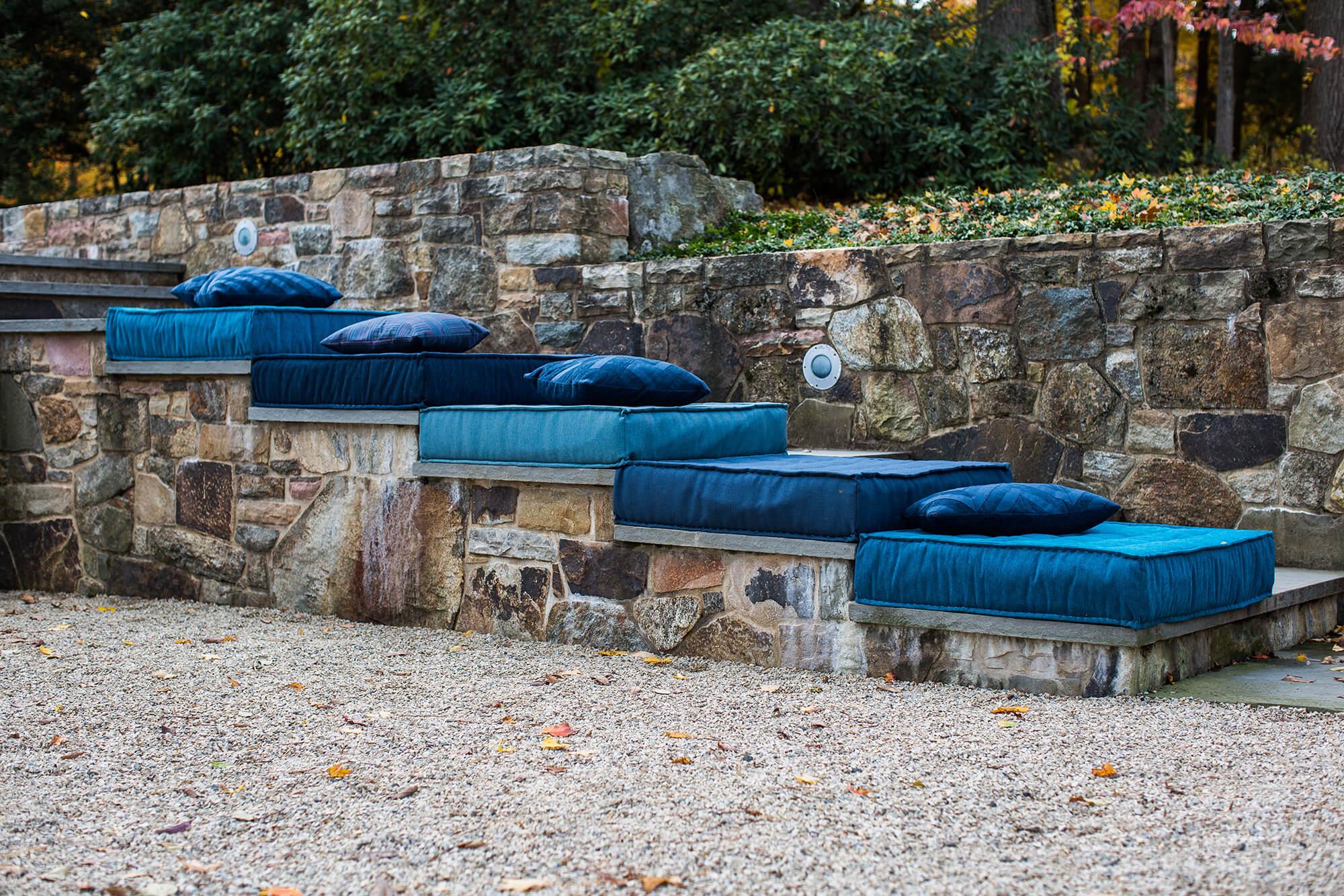 户外楼梯上,采用 Sunbrella 织物制成的蓝色地毯