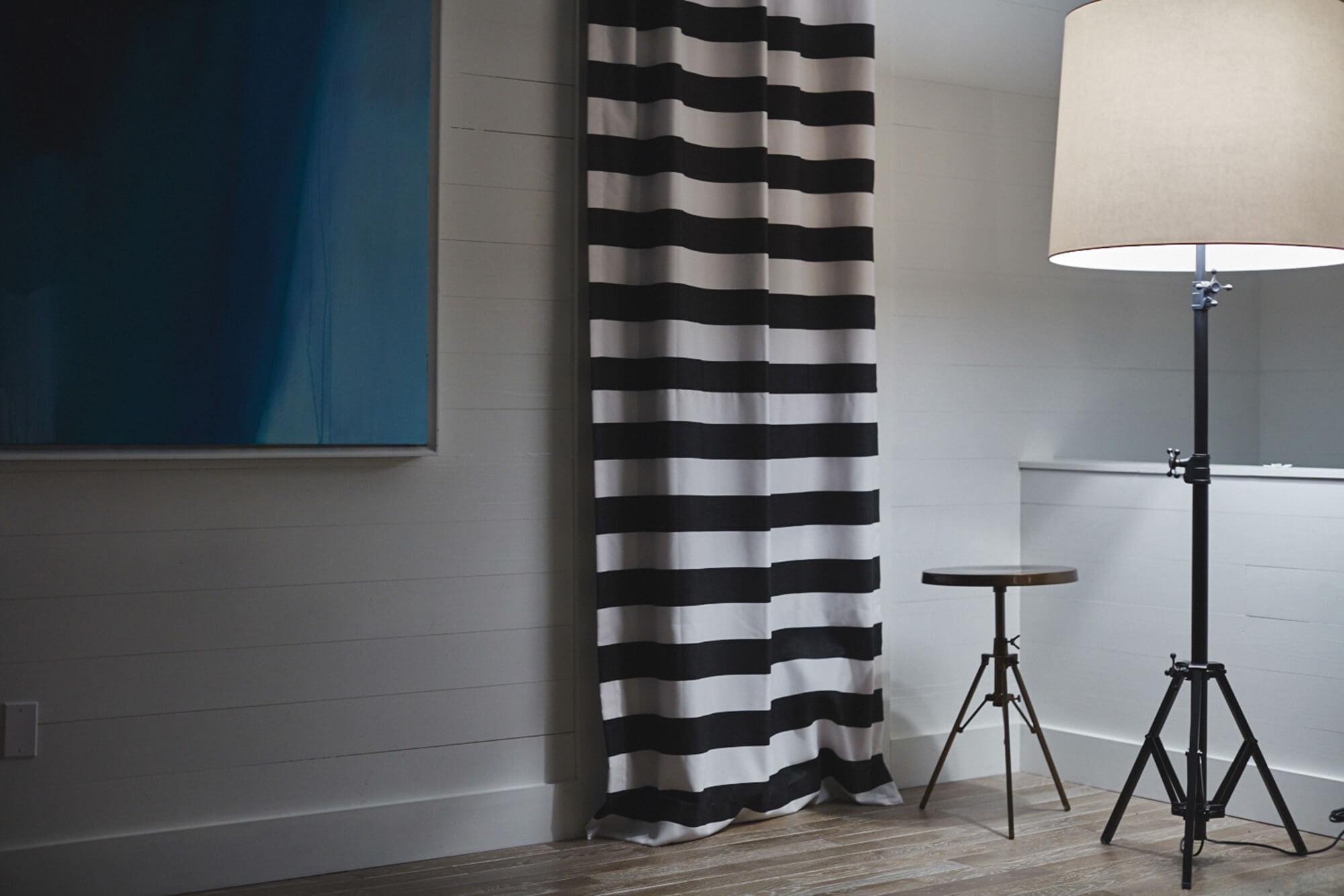 卧室里,黑白相间的条纹挂帘
