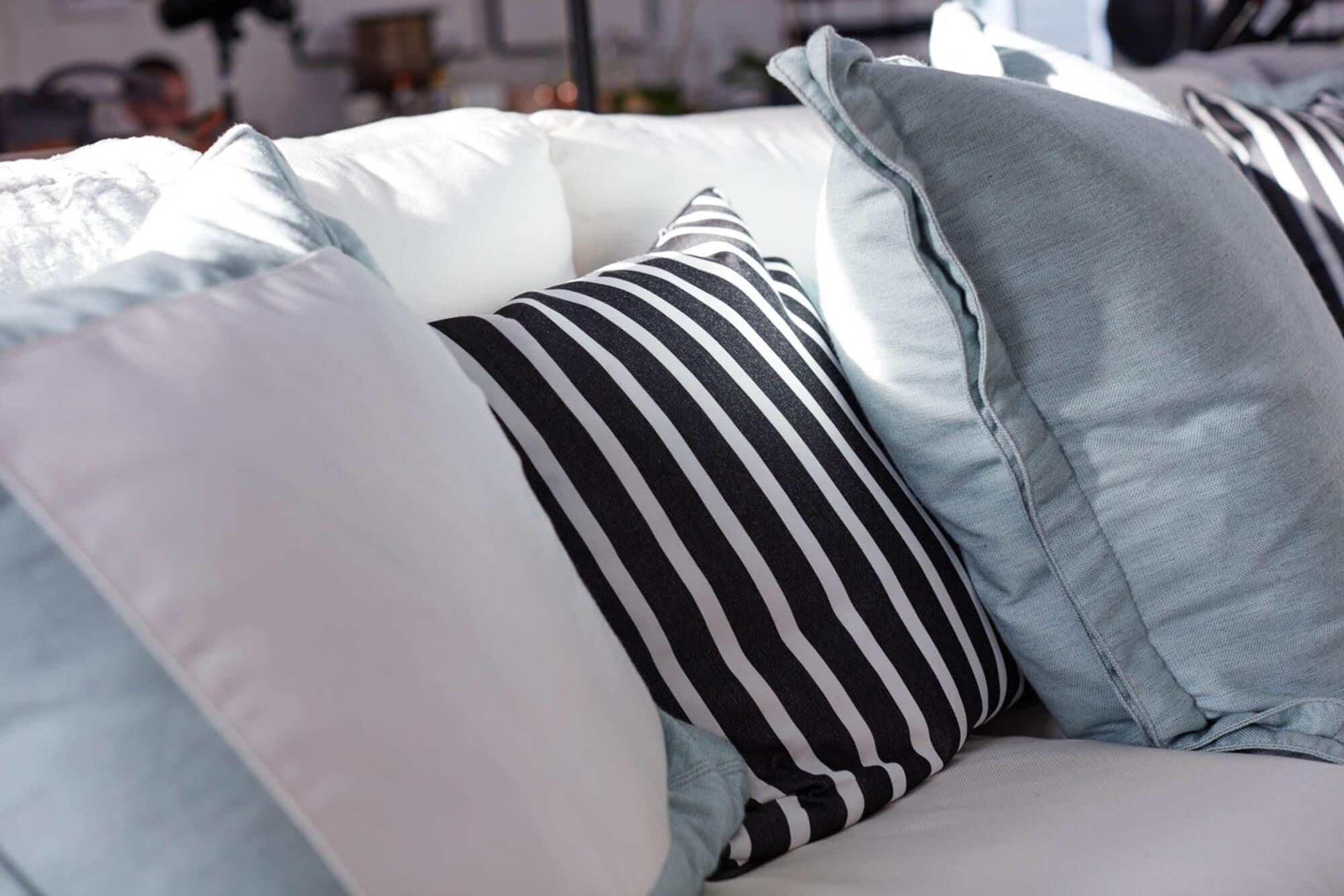 白色沙发上的精美抱枕