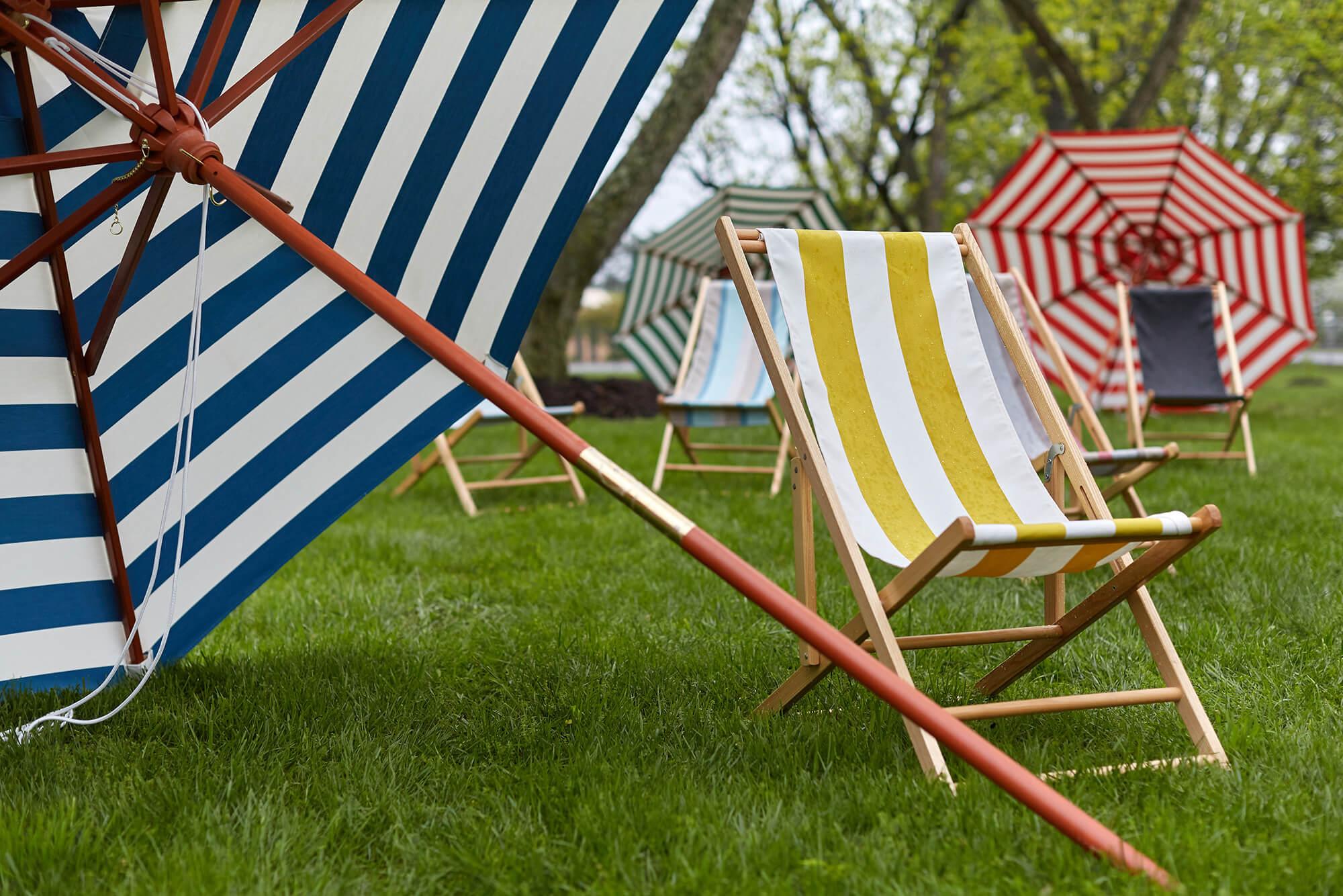 亮帆布条纹样式的户外坐椅和市场用伞